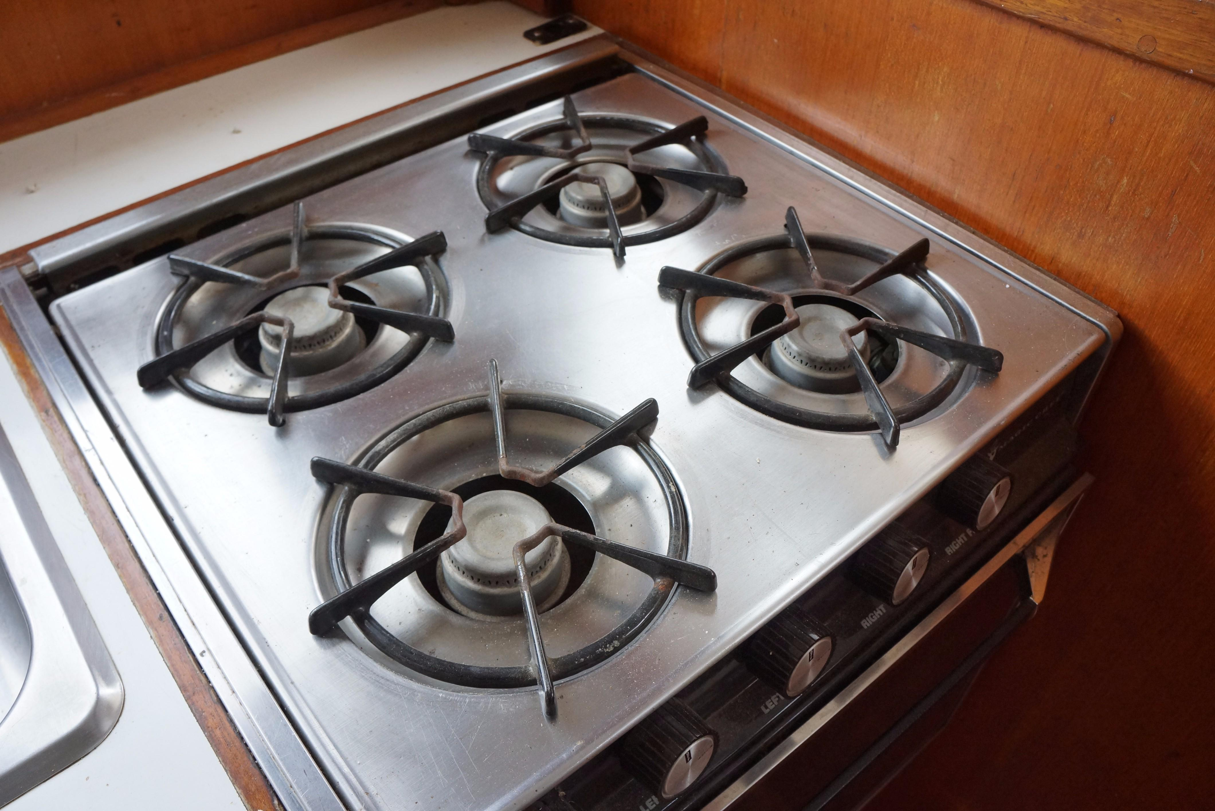 Marine Trader 34 Double Cabin - 34 Marine Trader Propane Stove