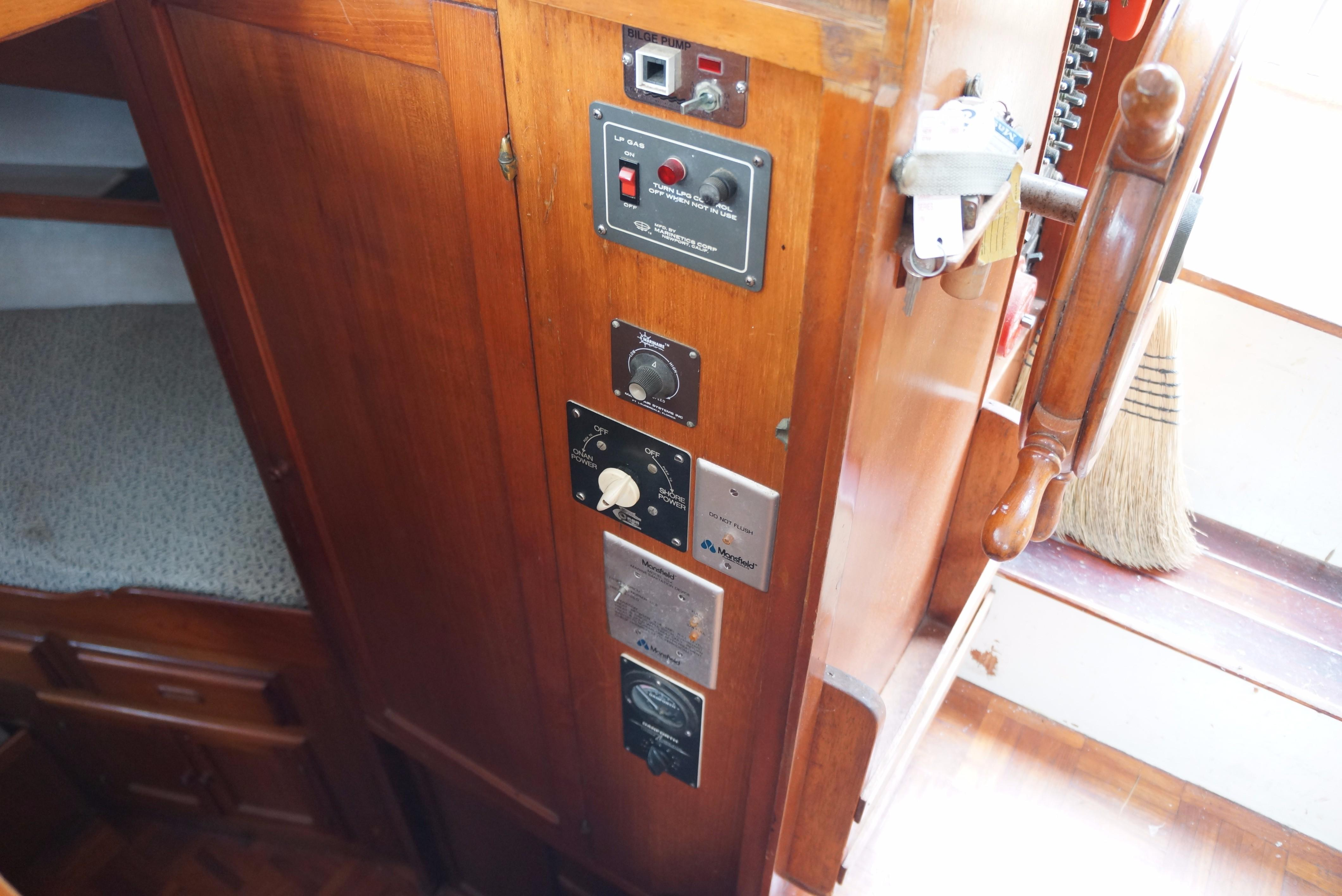 Marine Trader 34 Double Cabin - 34 Marine Trader Panels