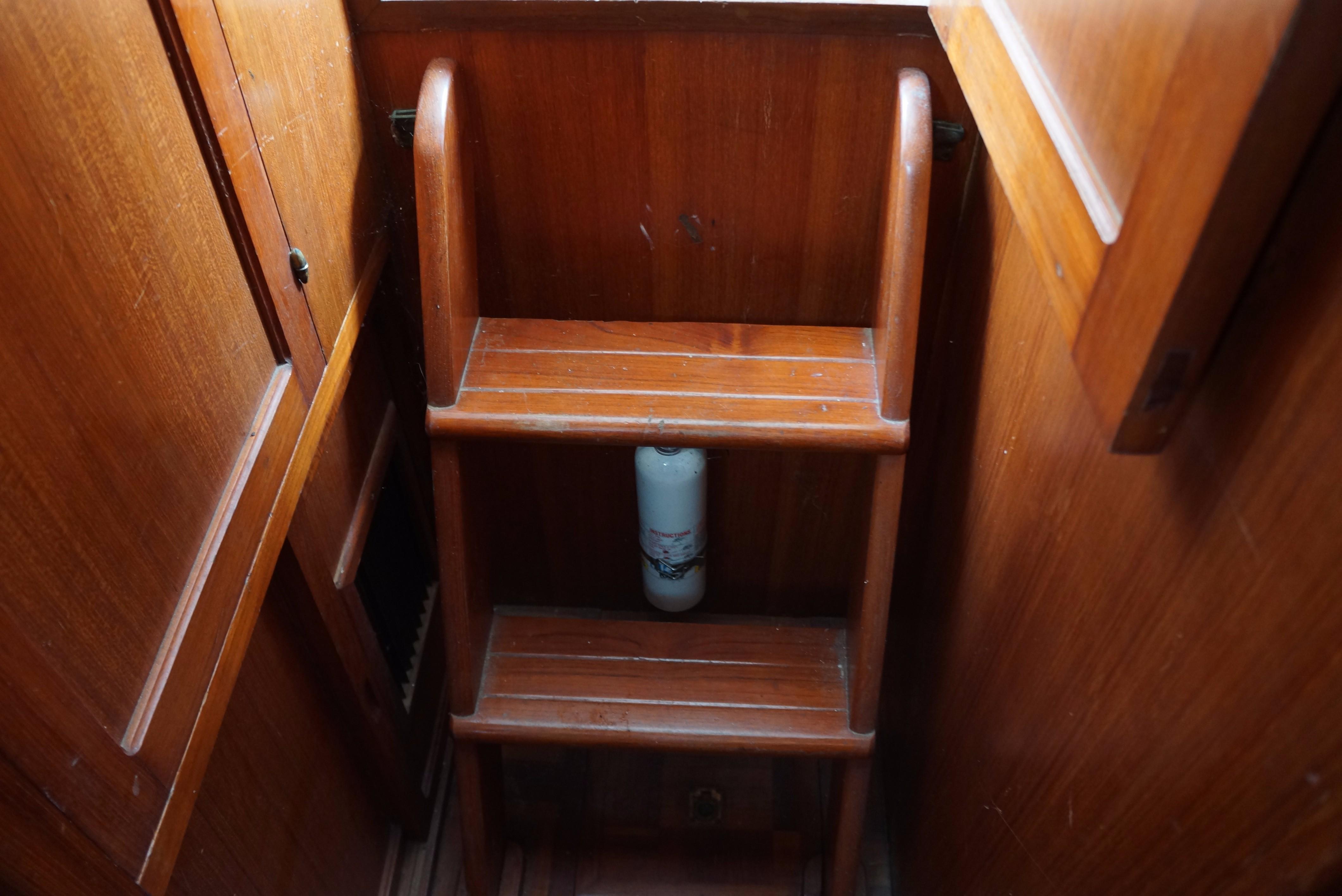Marine Trader 34 Double Cabin - 34 Marine Trader Step