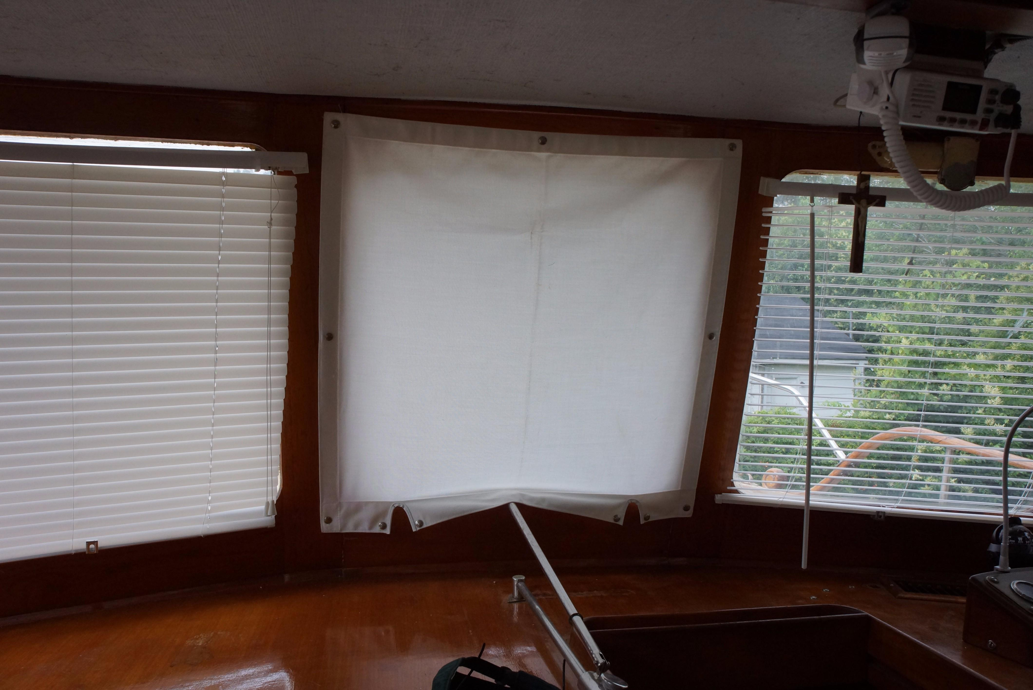 Marine Trader 34 Double Cabin - 34 Marine Trader FWD Windows