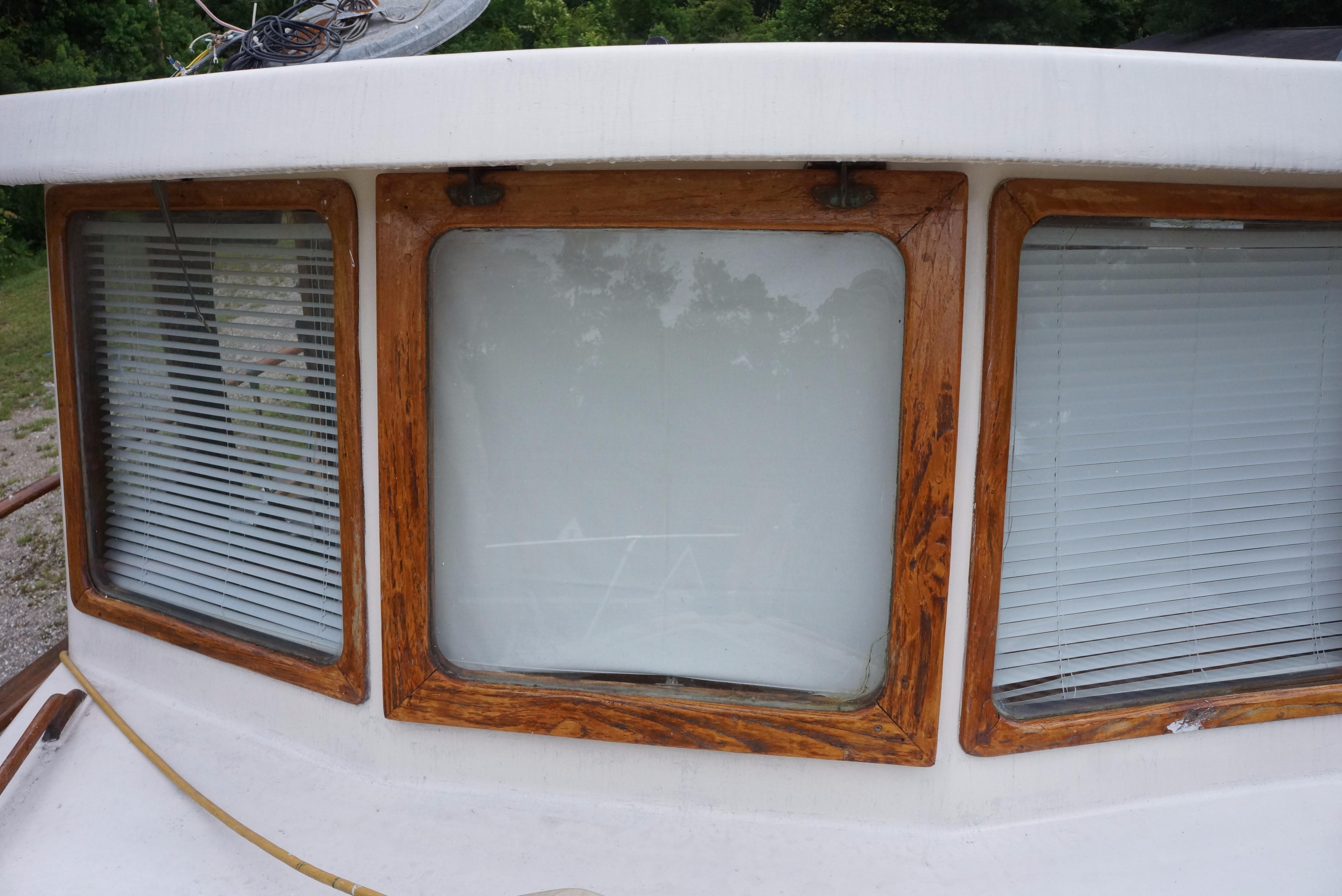 Marine Trader 34 Double Cabin - 34 Marine Trader Pilothouse Windows