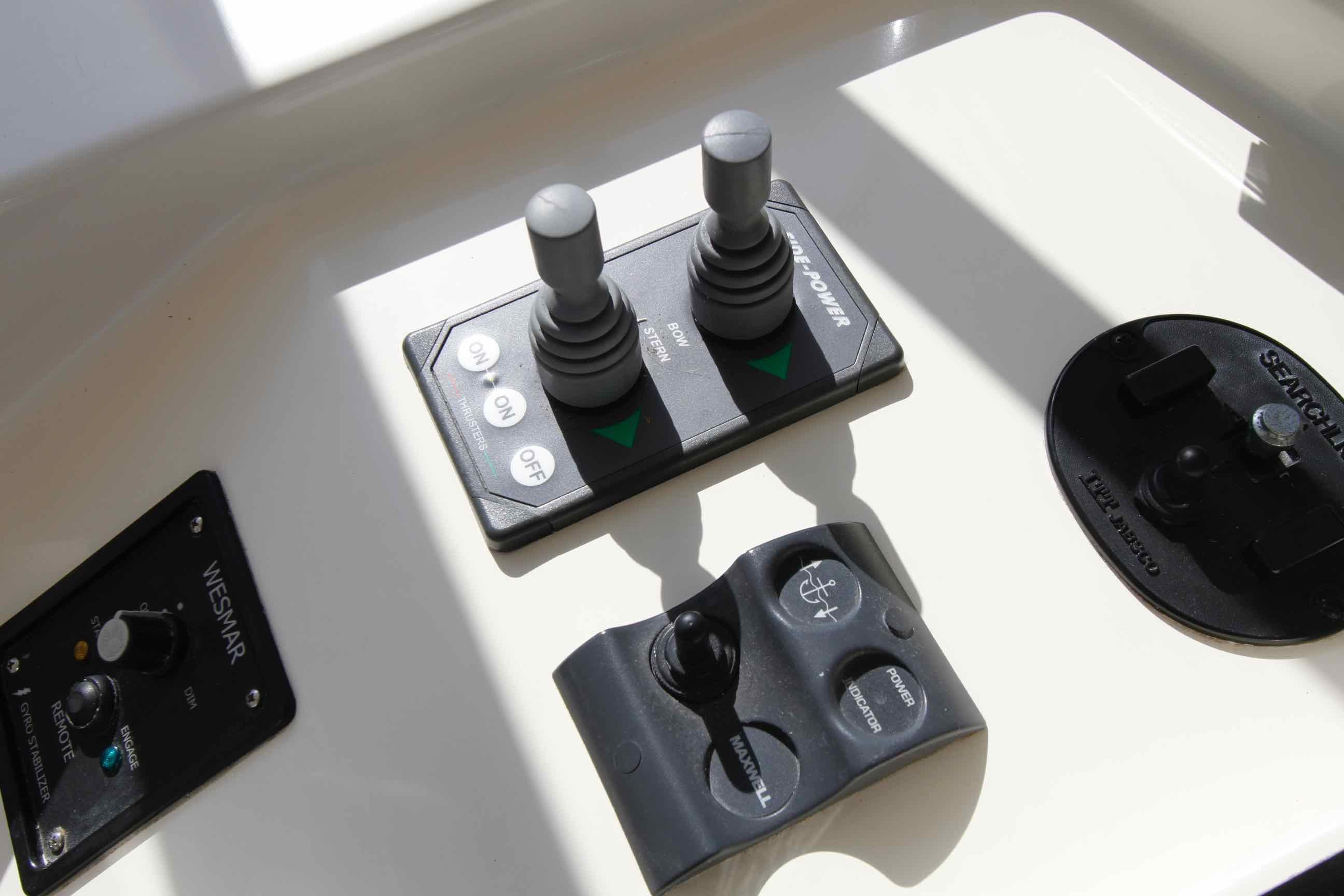 Hampton 558 Pilothouse Bow 'n Stern Thrusters, Windlass Up 'n Down Controls, Westmar Stabilizers
