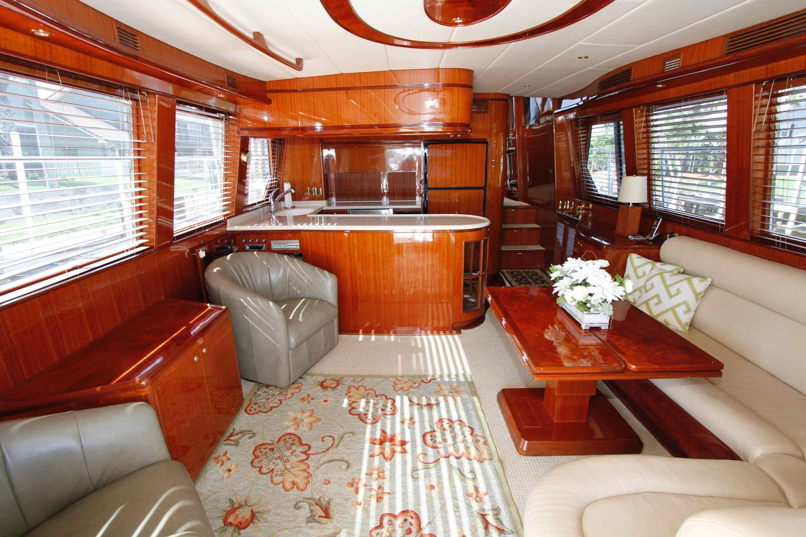 Hampton 558 Pilothouse Salon