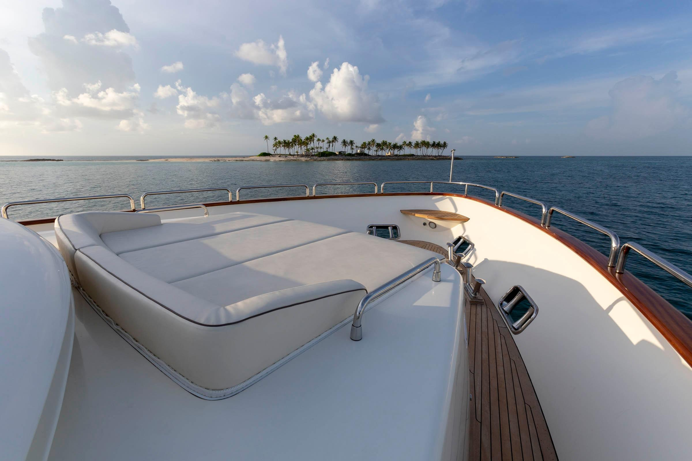 105 Azimut Foredeck sun bed