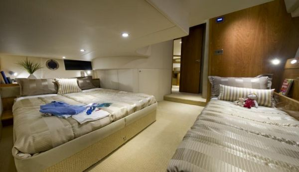Riviera 43 Flybridge Guest Stateroom