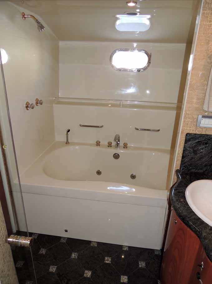 Master Head Jacuzzi Tub to Starboard