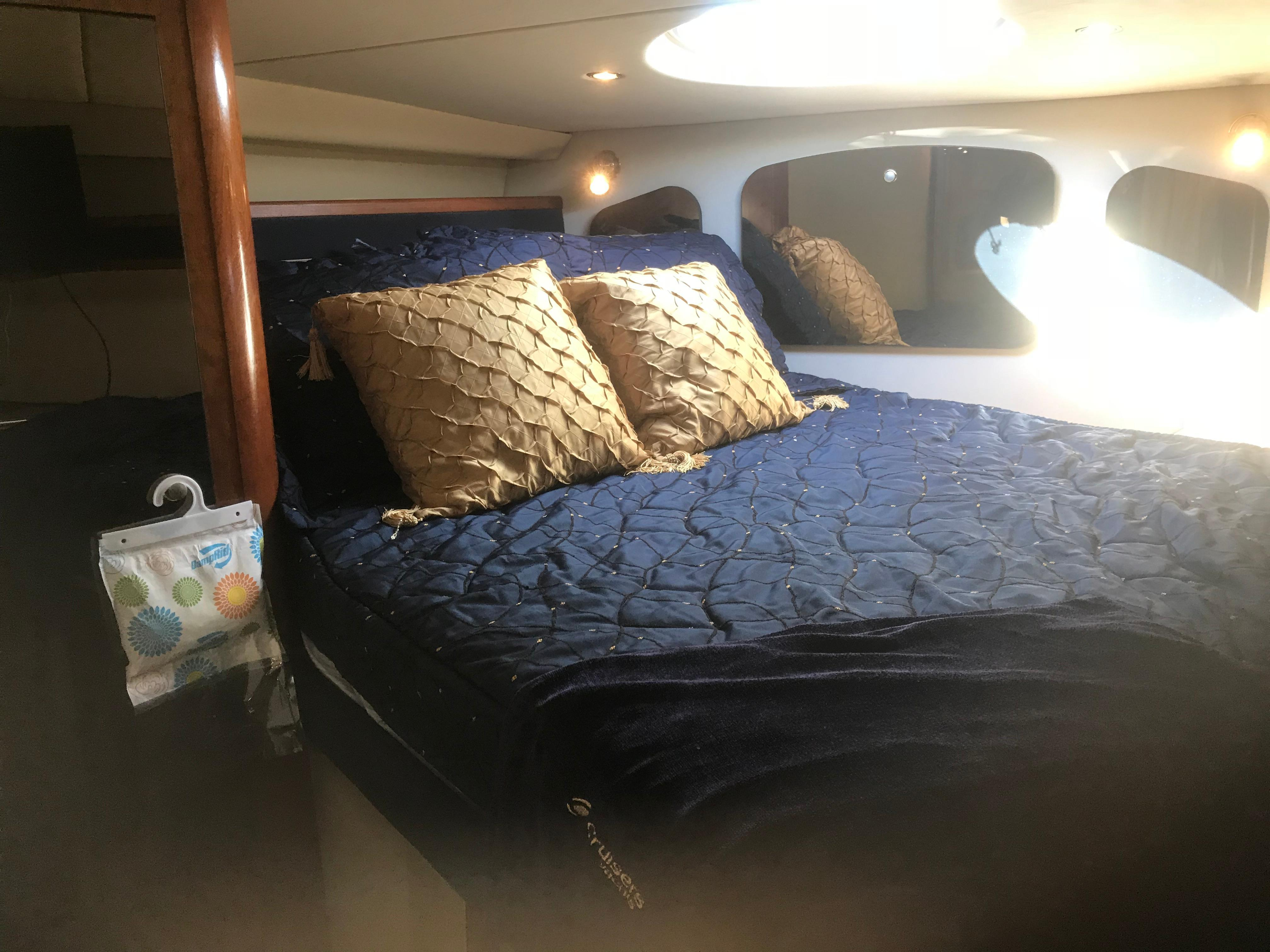 Cruisers Yachts 370 Express - Photo: #13