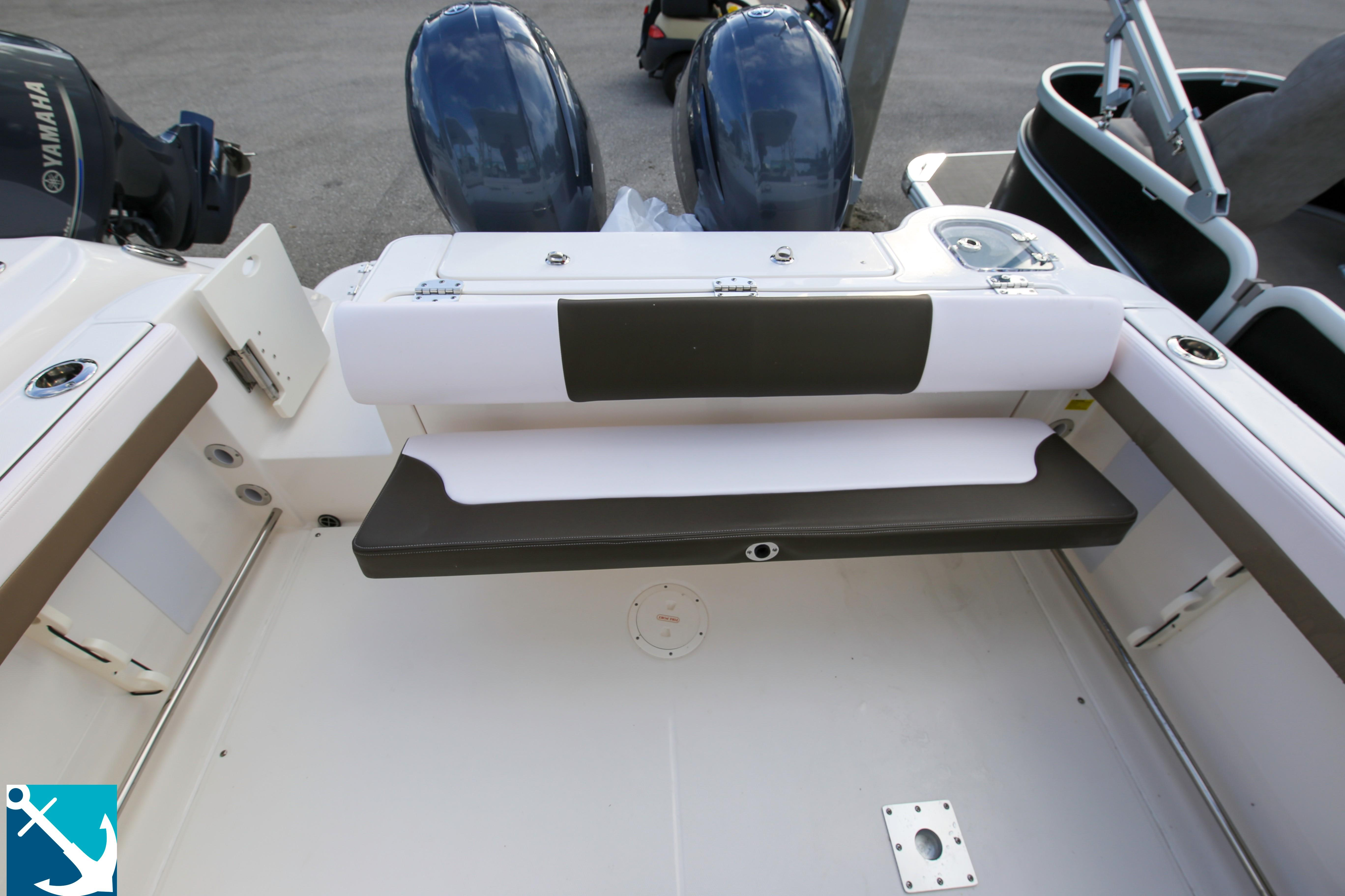 Robalo R247 Dual Console 2020 8