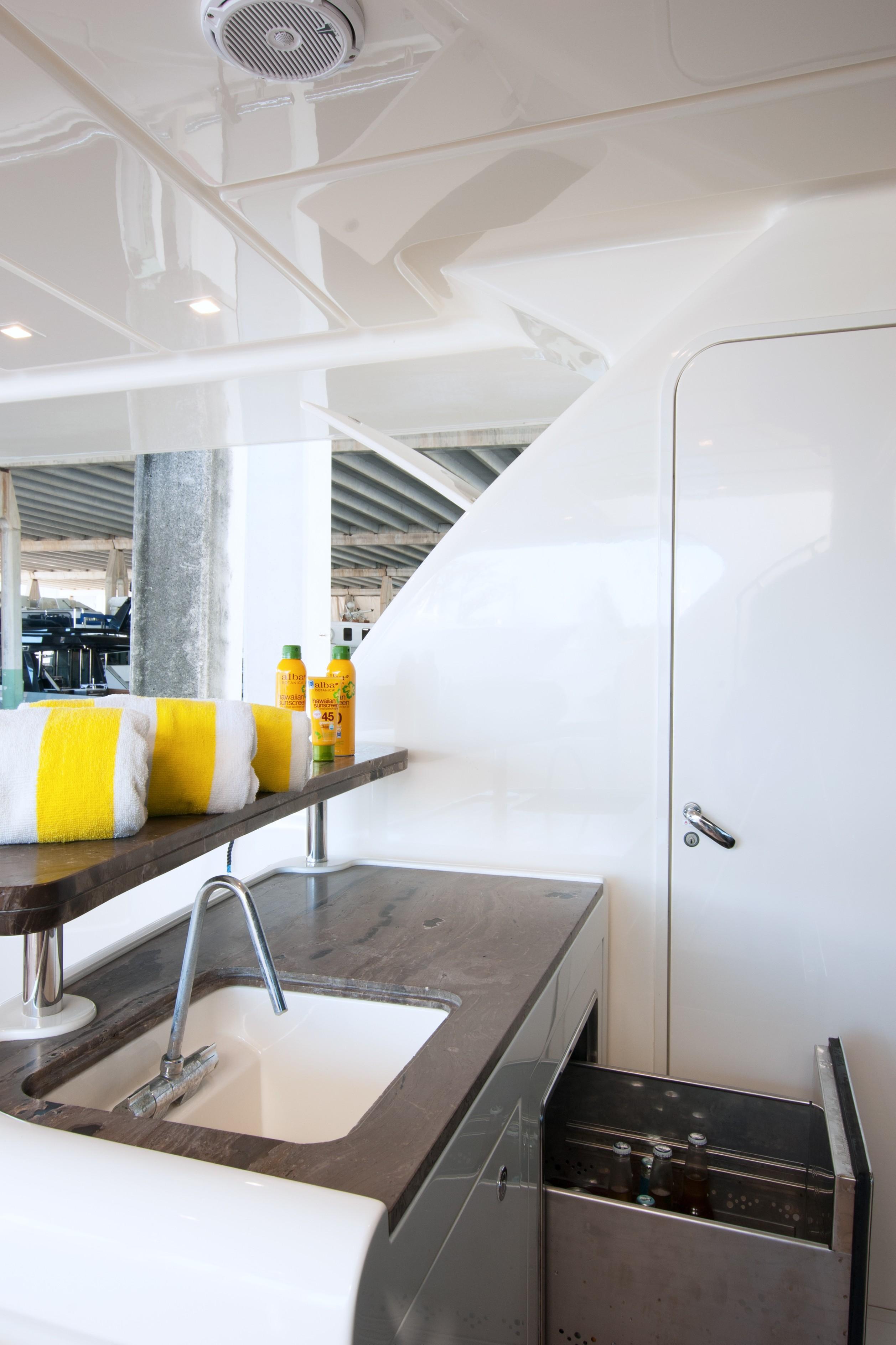 2014 870 Ferretti - Aft Deck Bar