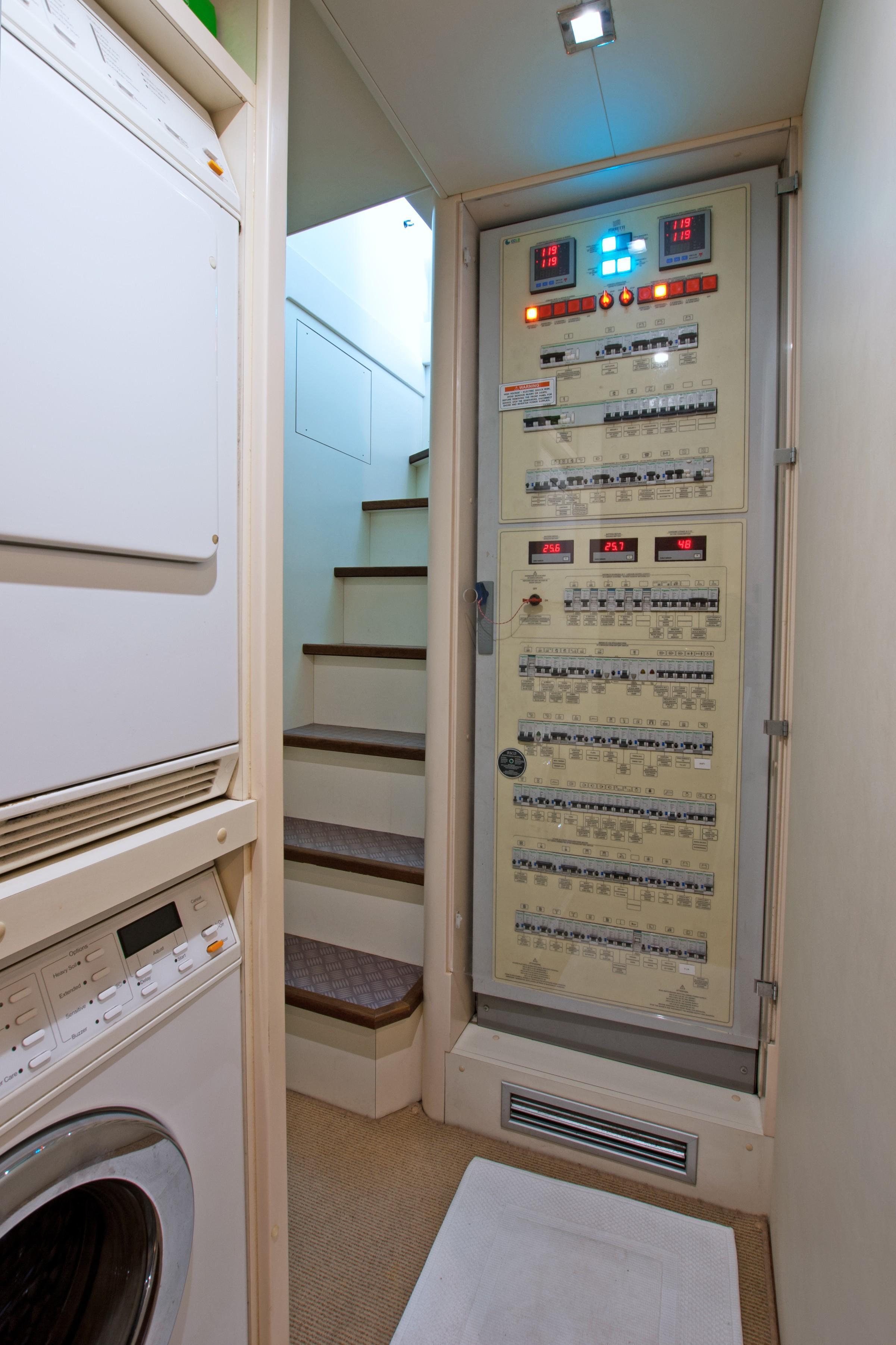 2014 870 Ferretti - Laundry