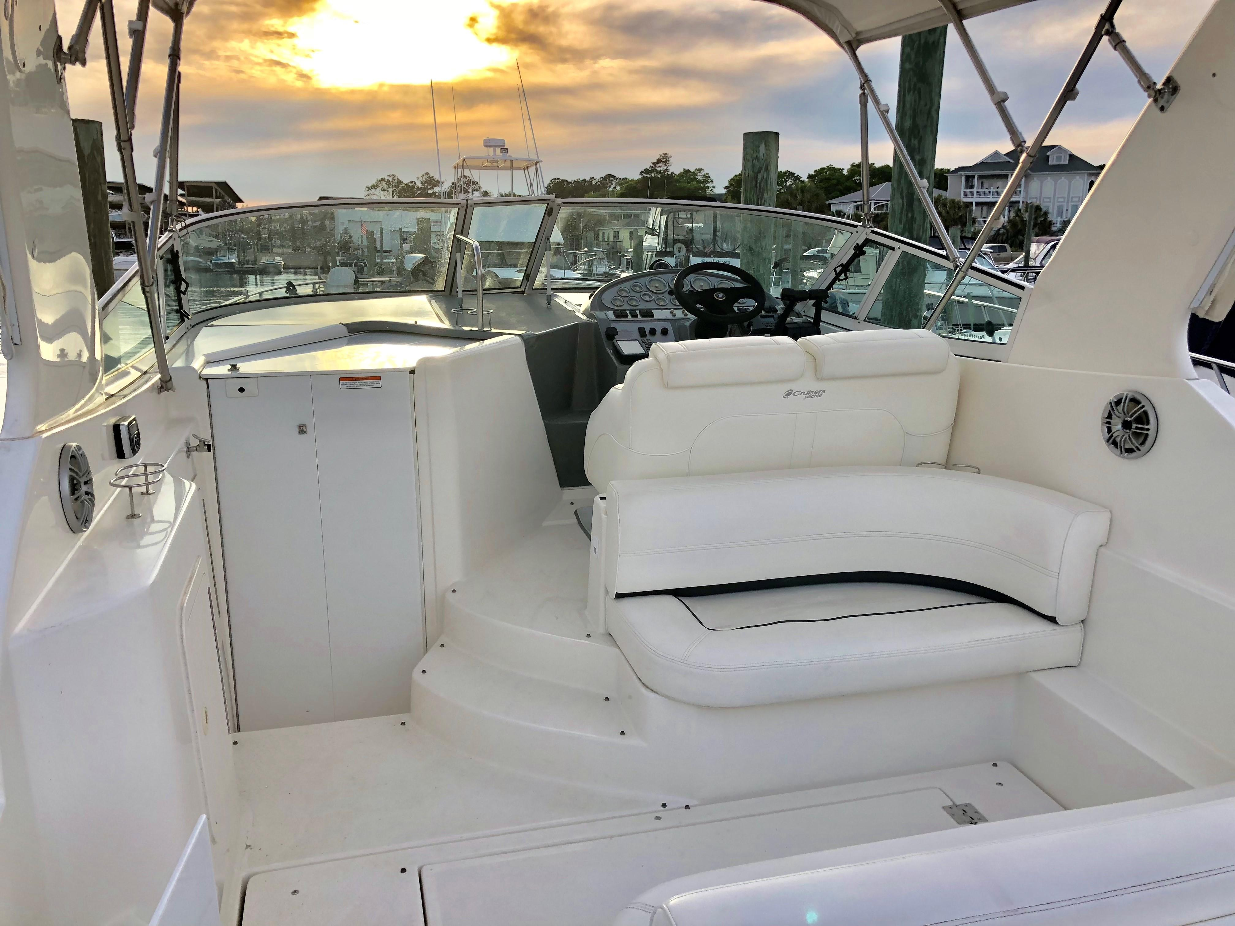 Cruisers Yachts 280CXI - Aft looking forward