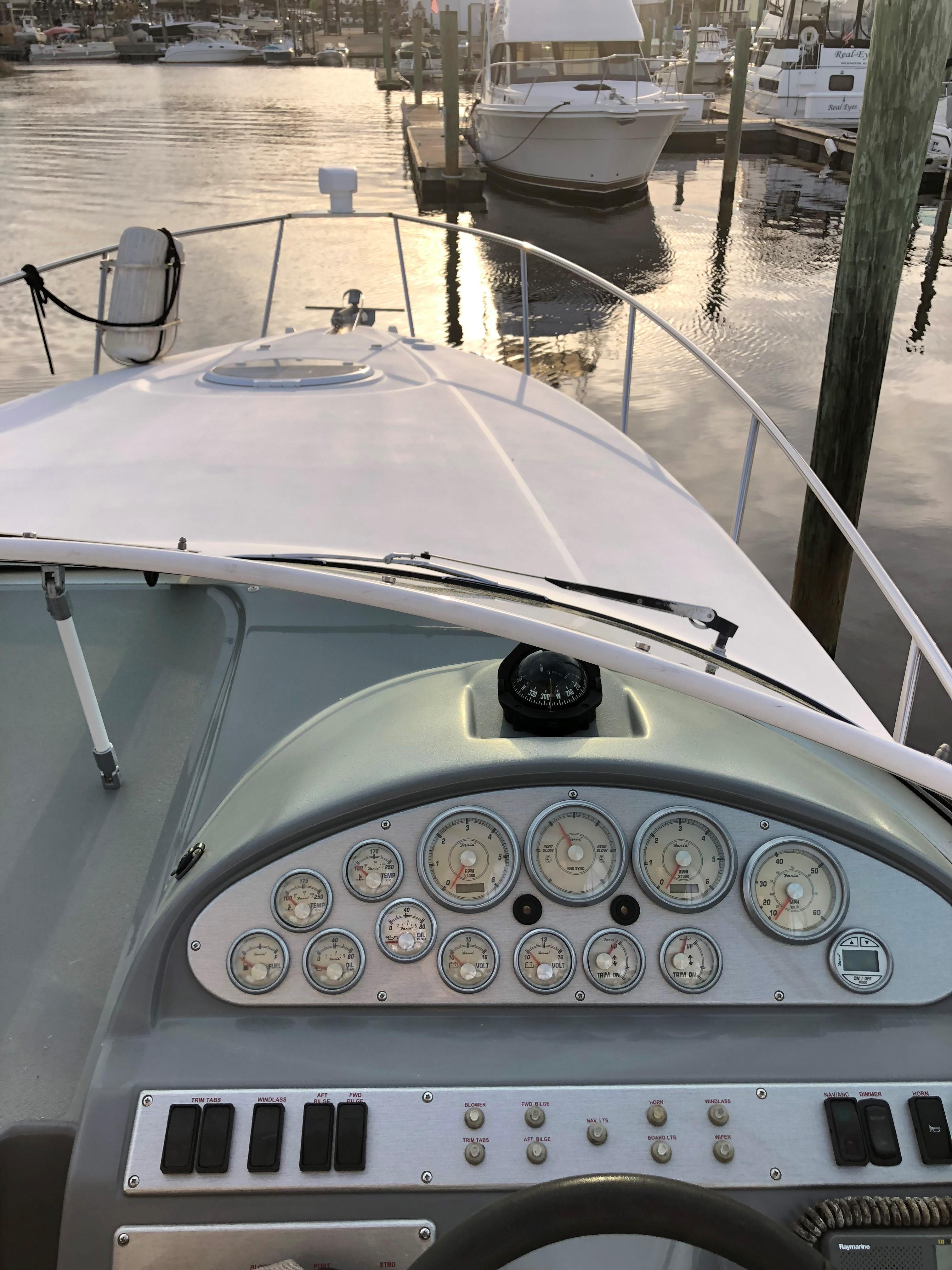 Cruisers Yachts 280CXI - Helm