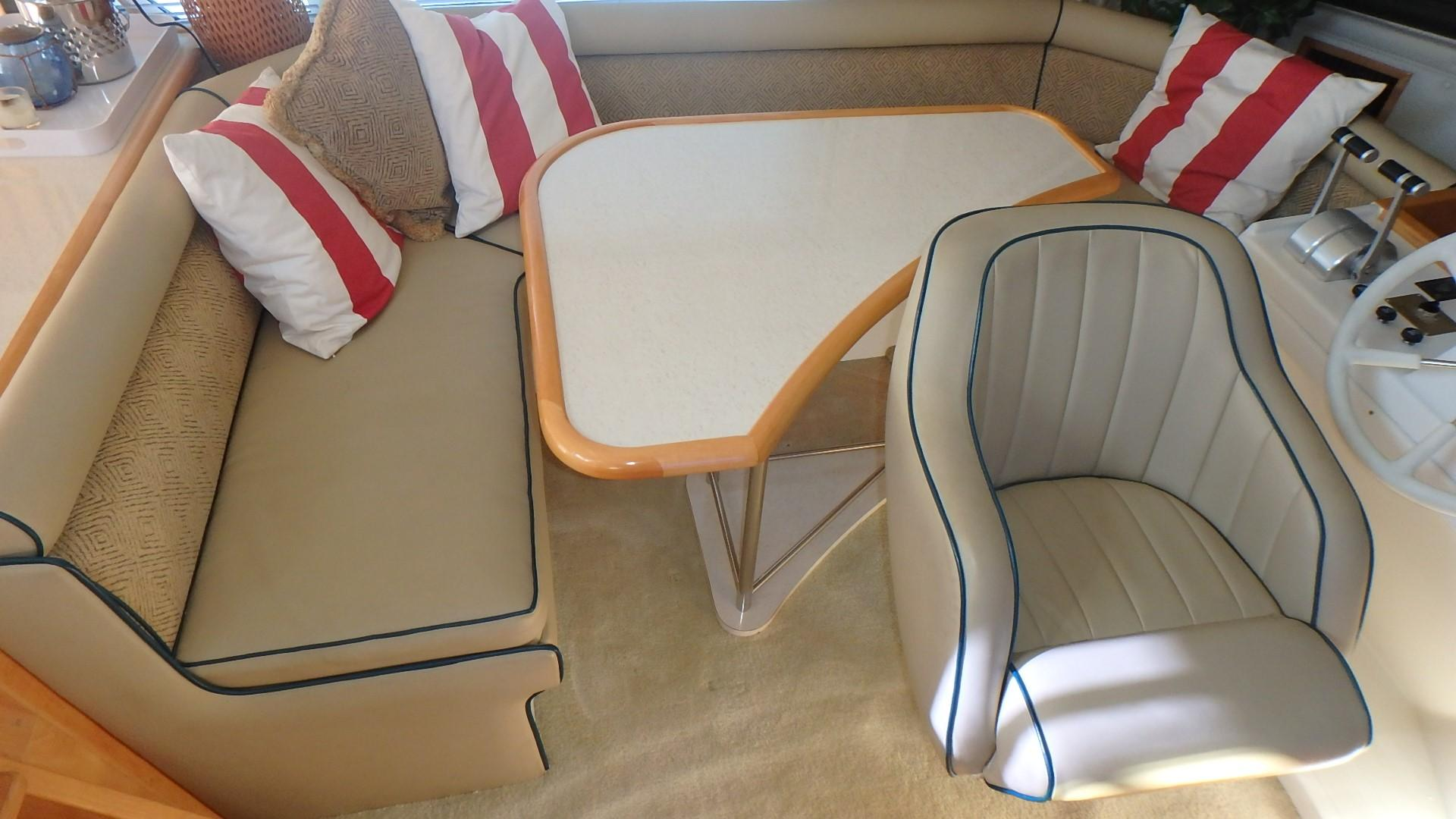 Navigator 4800 CLASSIC - Lower Helm Guest Seating