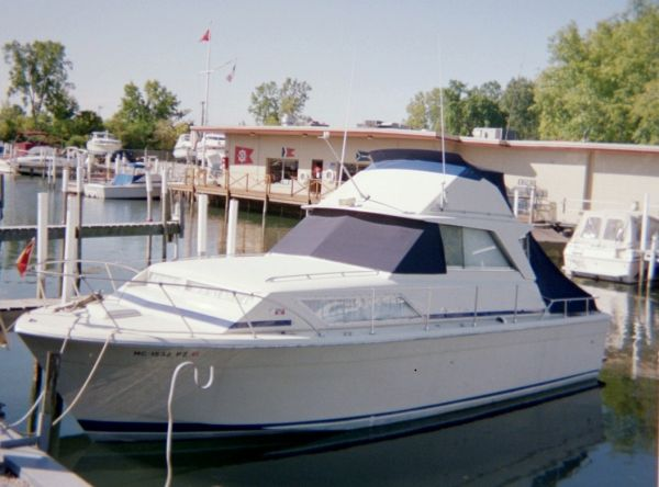 33' Chris-Craft 33 Catalina (Sedan)