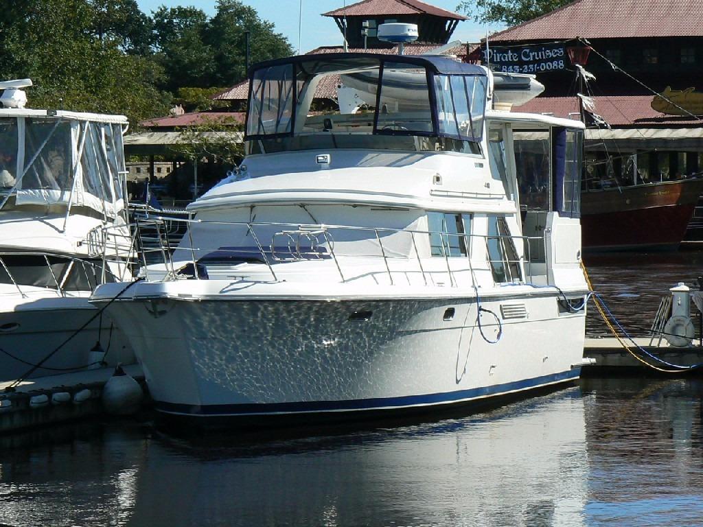 Carver 440 Aft Cabin Motor Yacht - Port Bow