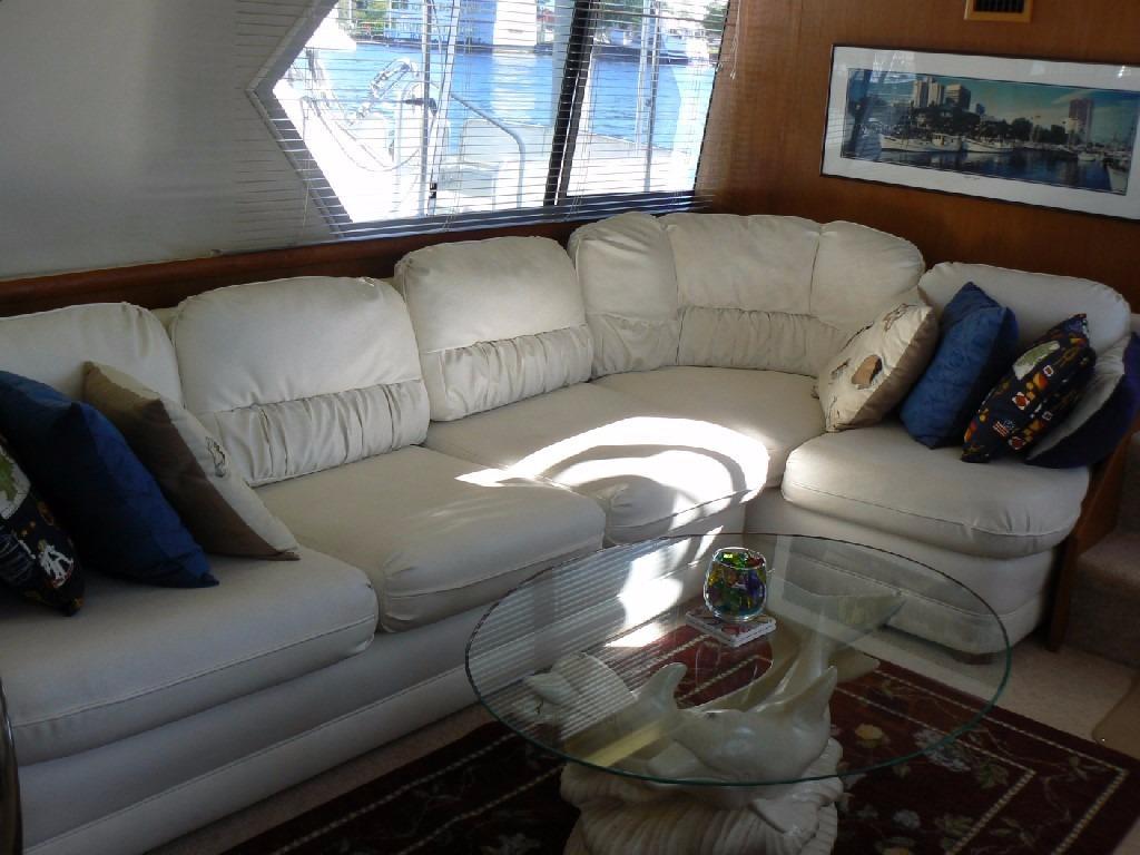 Carver 440 Aft Cabin Motor Yacht - Salon Settee