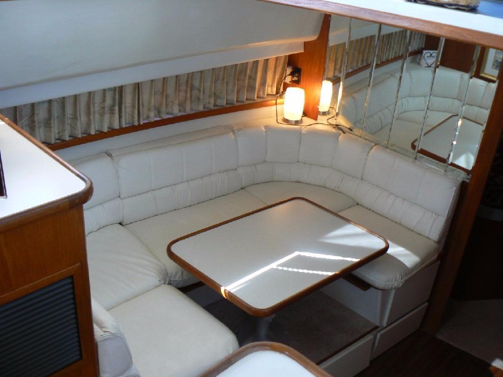 Carver 440 Aft Cabin Motor Yacht - Dinette