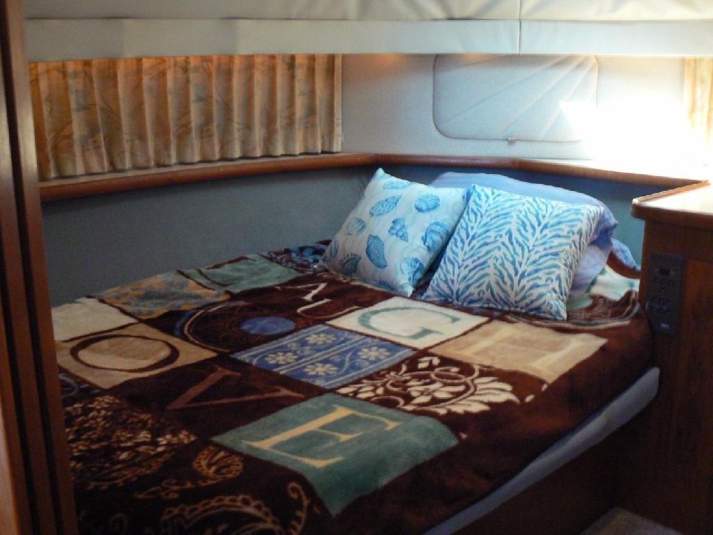 Carver 440 Aft Cabin Motor Yacht - VIP Forward Stateroom