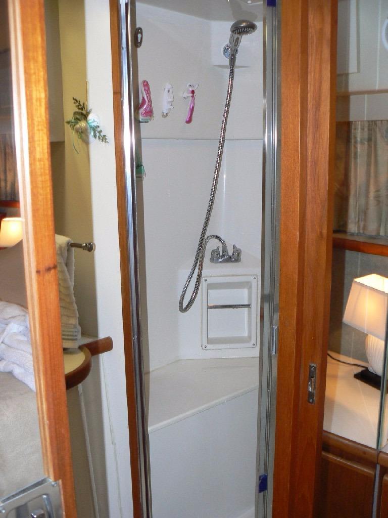 Carver 440 Aft Cabin Motor Yacht - Master Shower