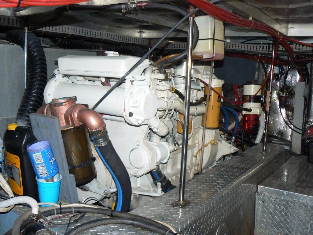 Carver 440 Aft Cabin Motor Yacht - Starboard Engine