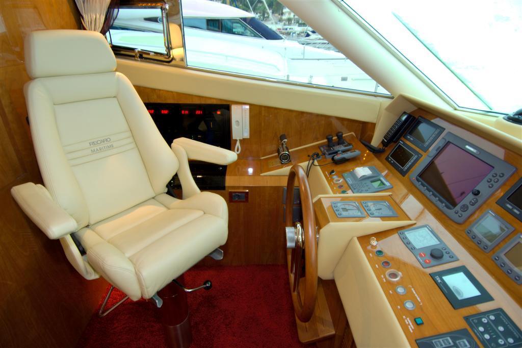 Lower helm seat