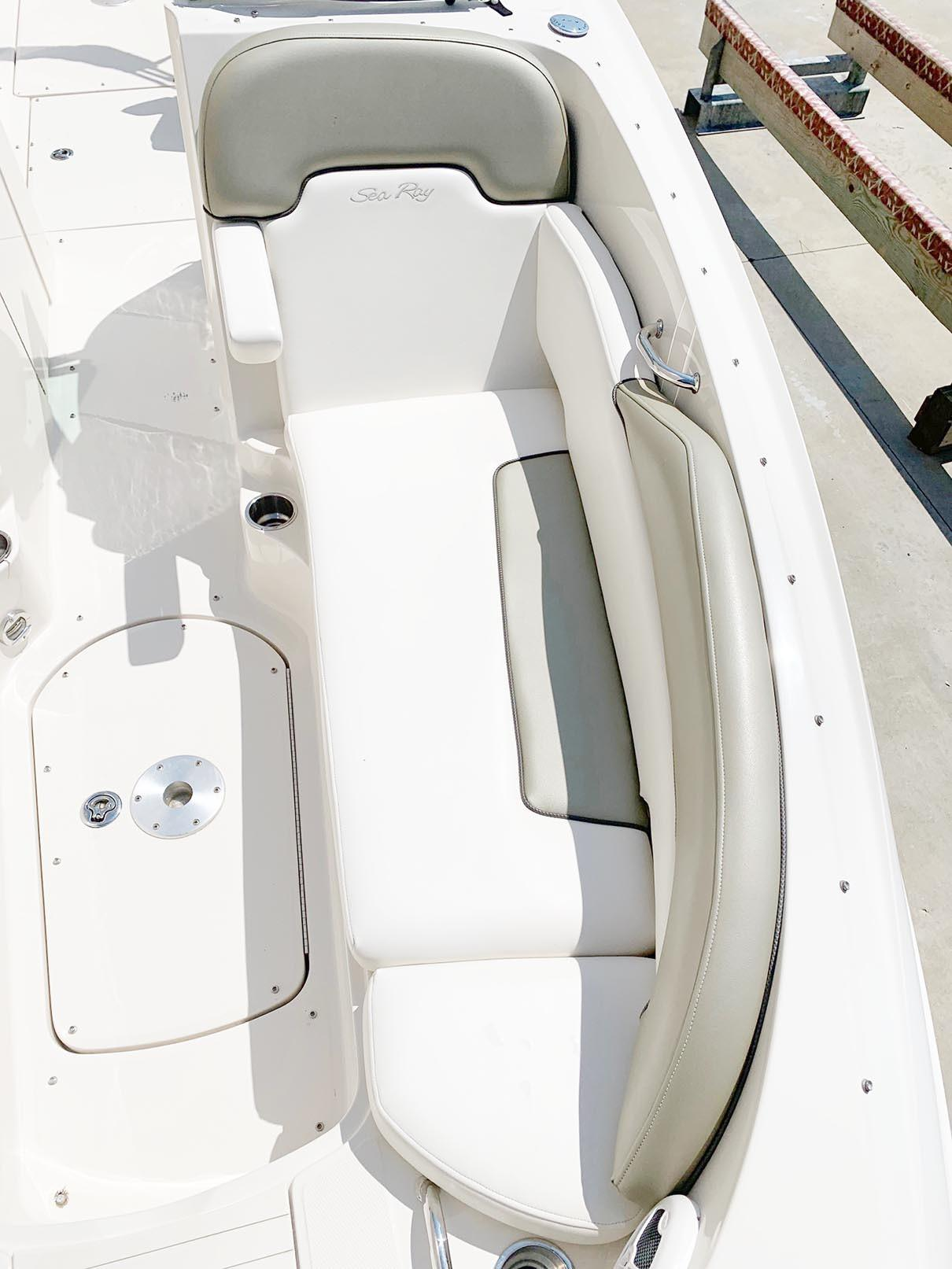 Sea Ray 260 Sundeck - Starboard Bow
