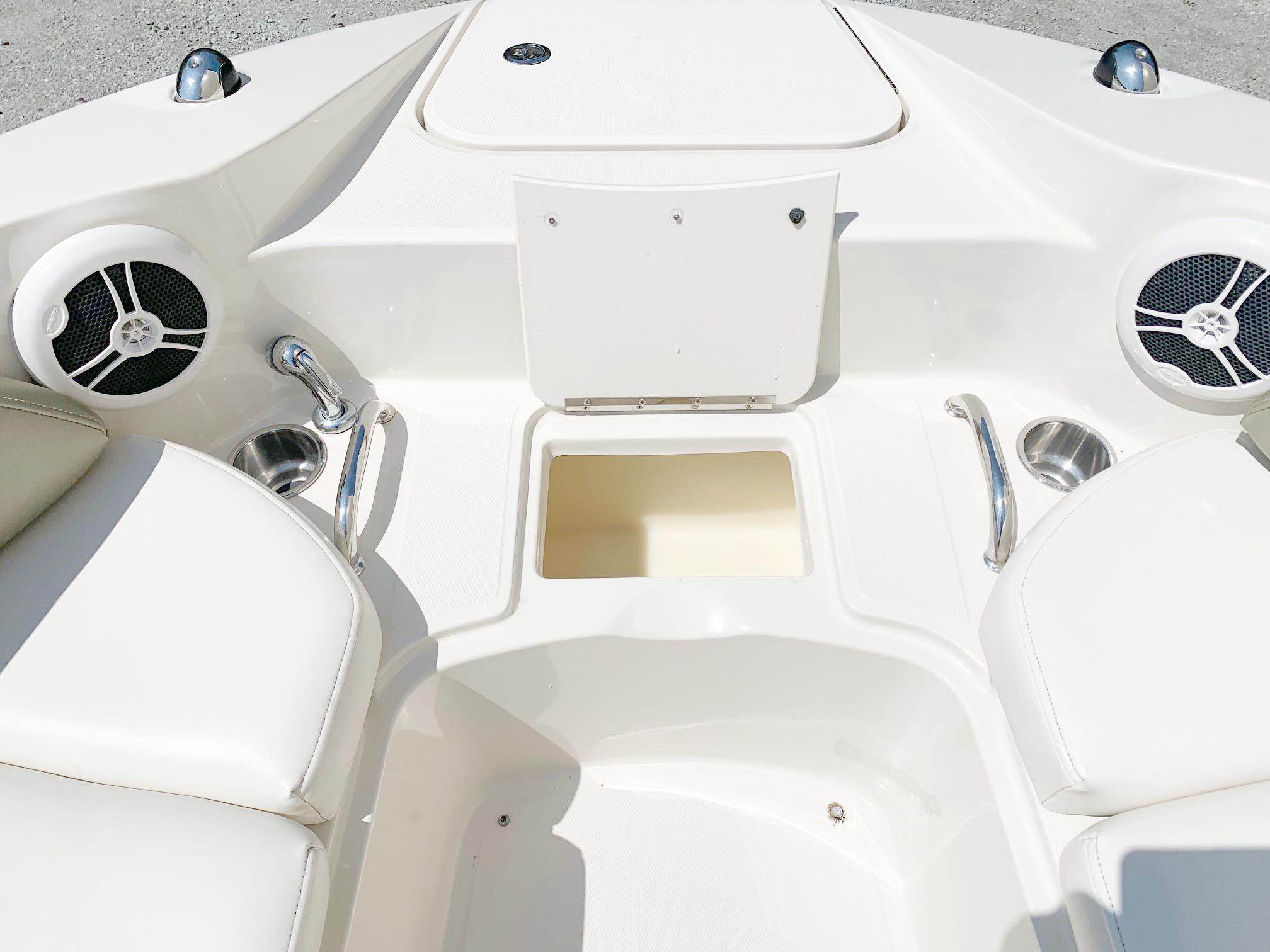 Sea Ray 260 Sundeck - Cooler - Speakers in Bow