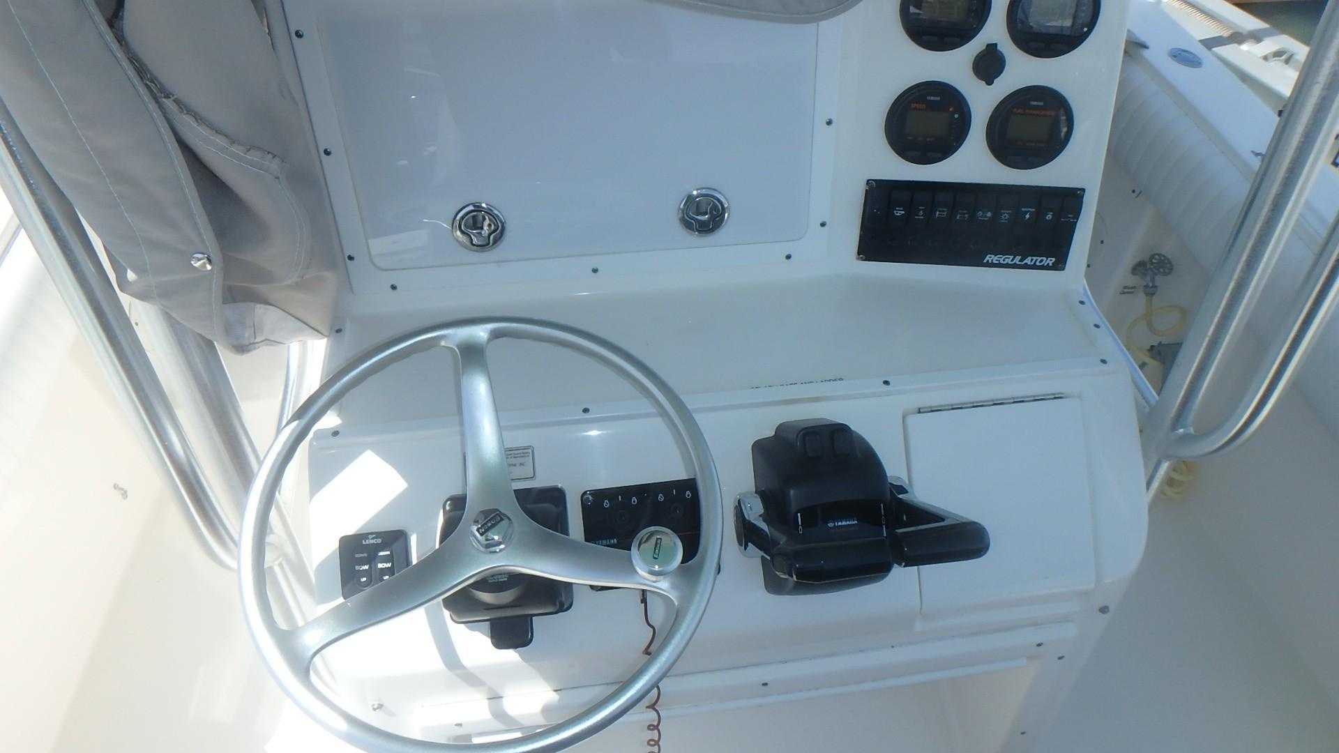 Regulator 23 Forward Seating - Helm