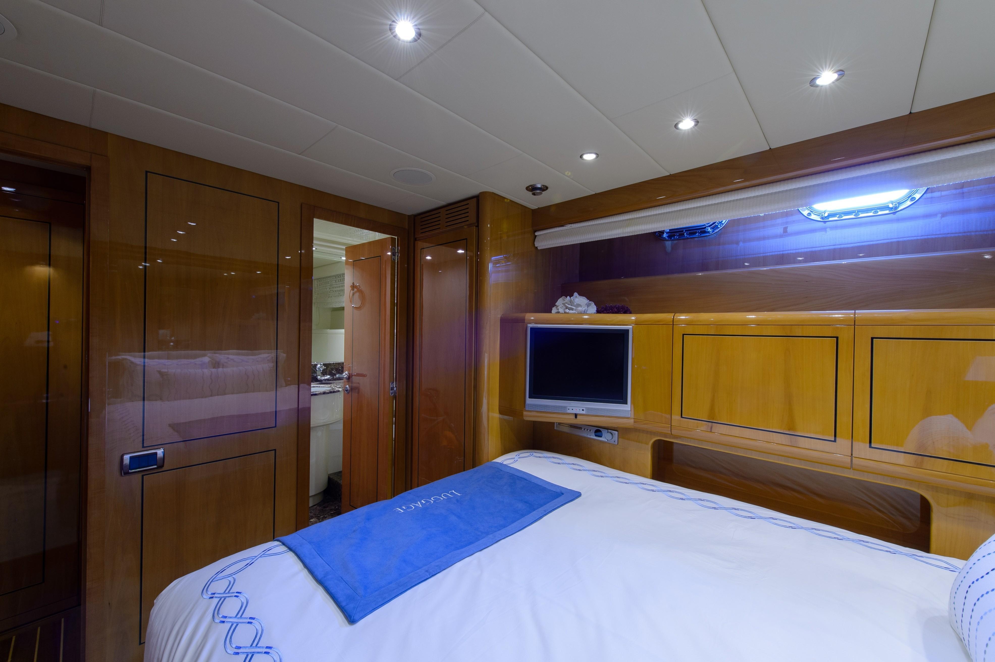 2005 Mangusta 80 - Starboard Guest