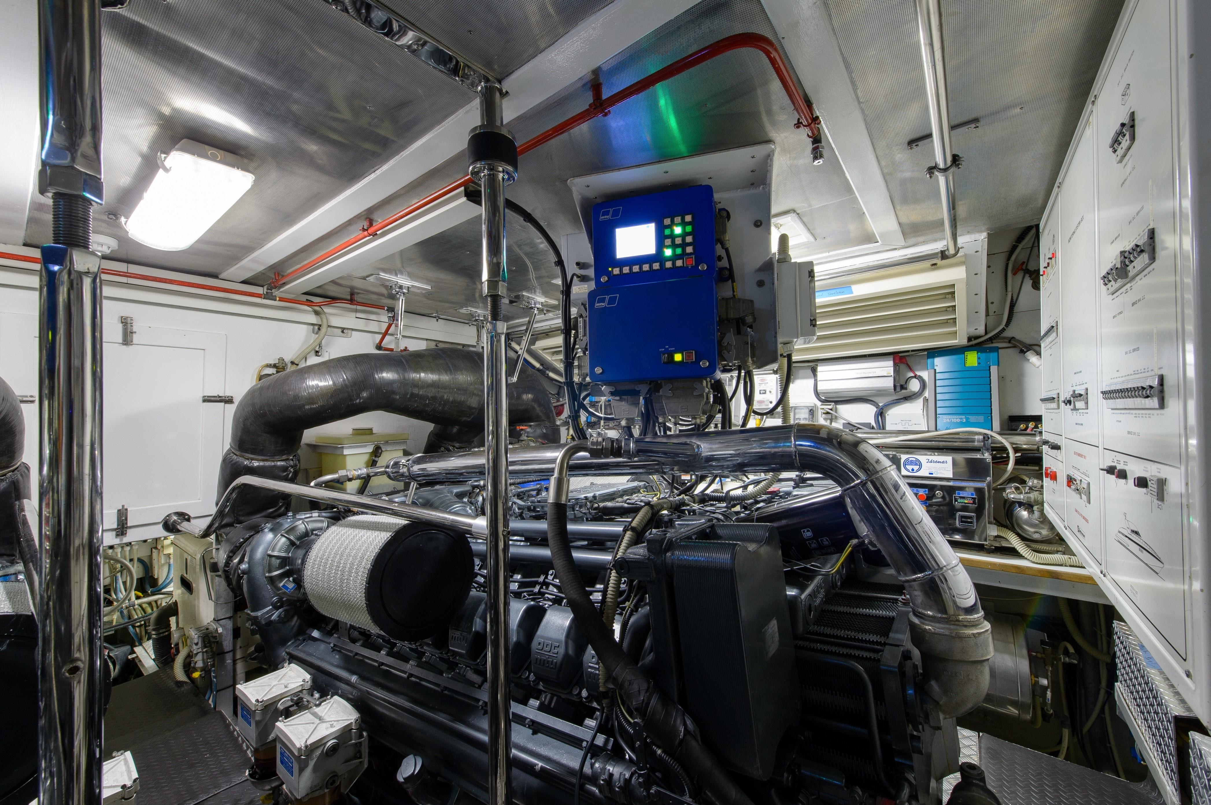2005 Mangusta 80 - Engine Room