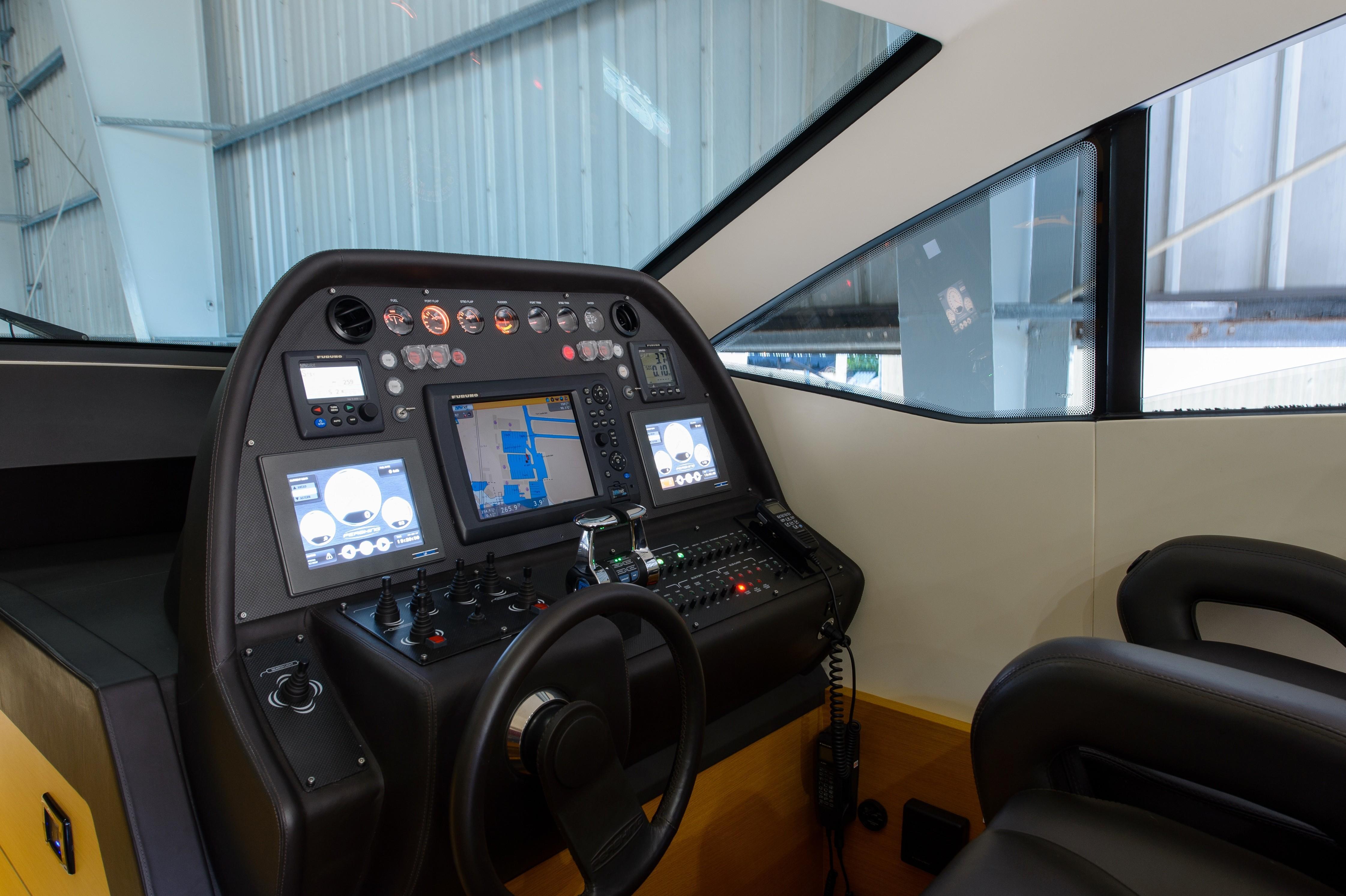 2012 Pershing 64 - Helm