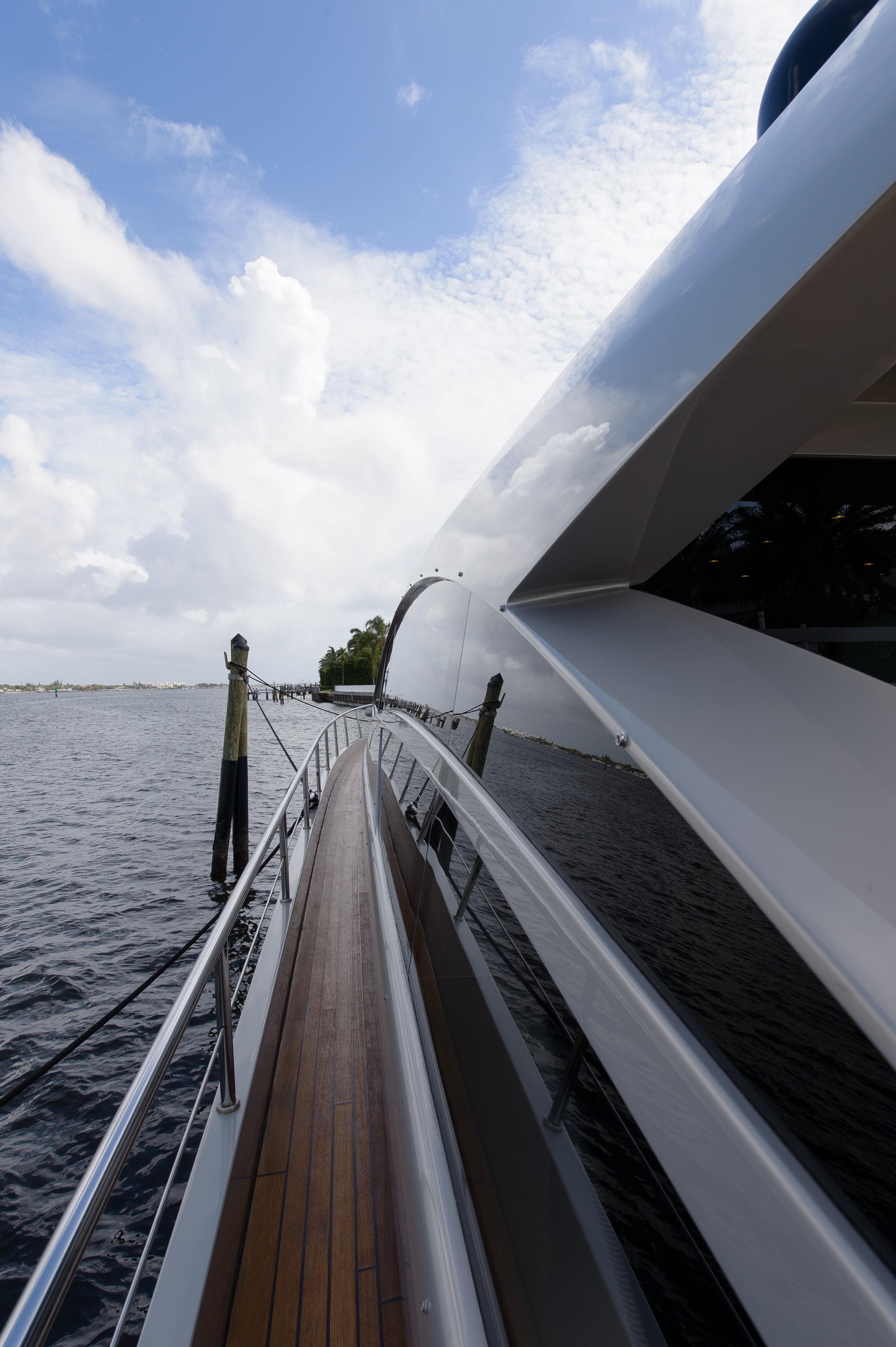 2010 Pershing 64 - Side decks