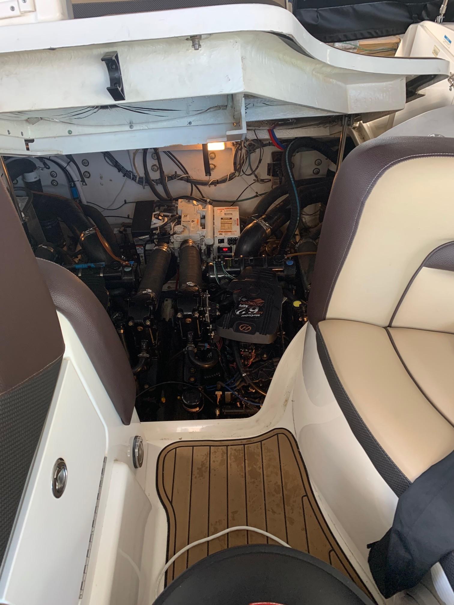 Sea Ray 320 Sundancer - Engine Hatch