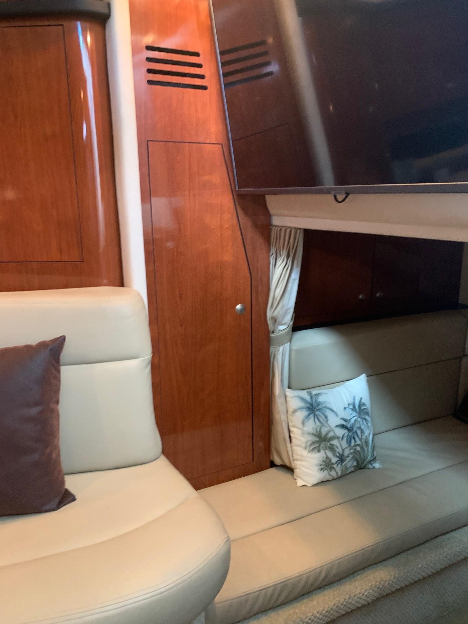 Sea Ray 320 Sundancer - Aft Closet