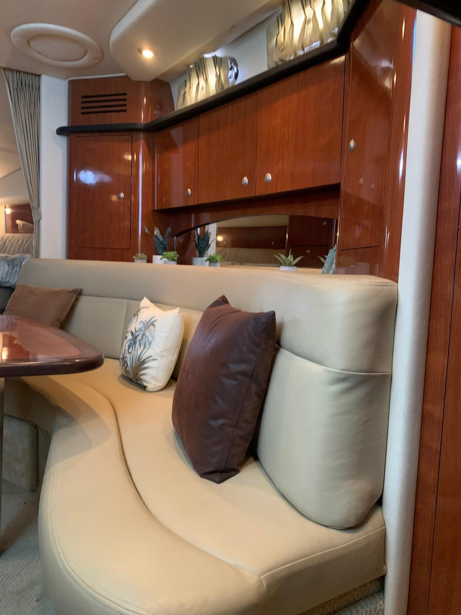 Sea Ray 320 Sundancer - Salon/Dinette Seating