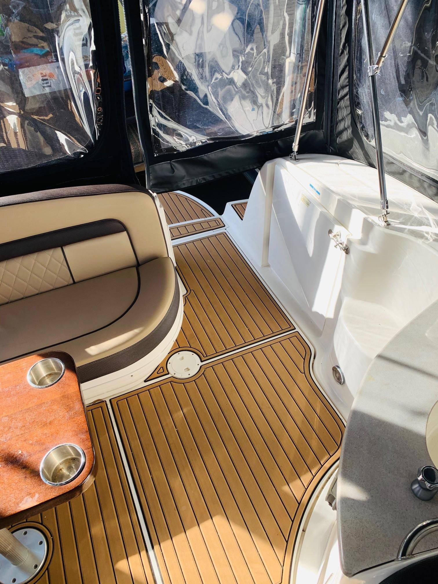 Sea Ray 320 Sundancer - Cockpit
