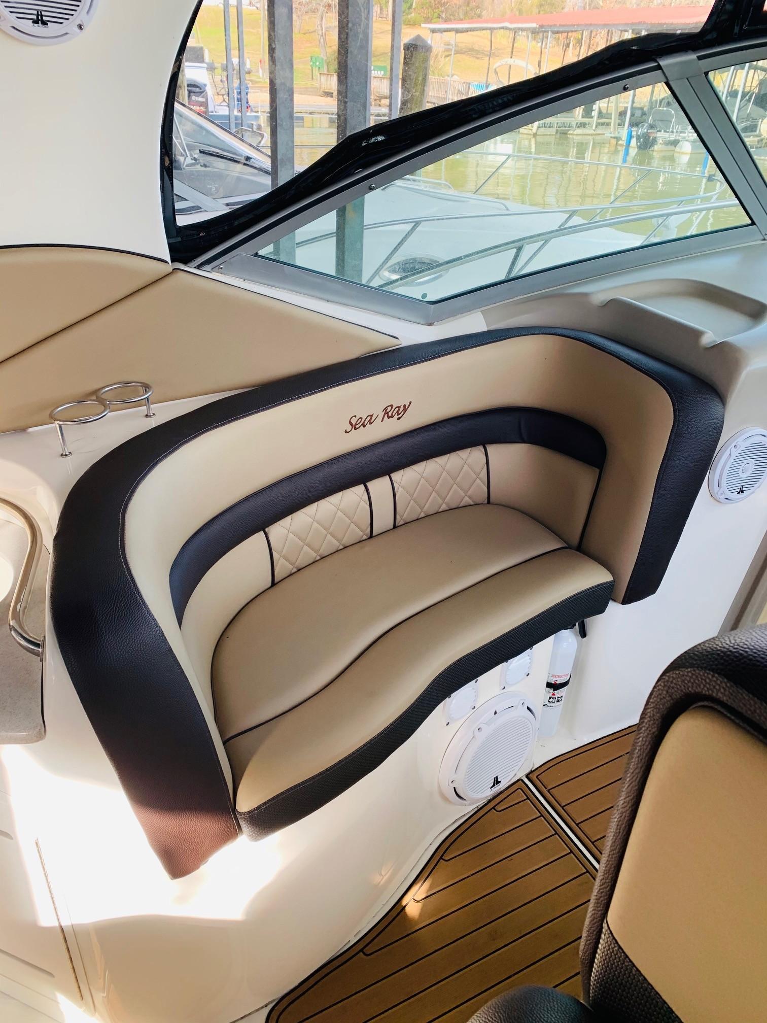 Sea Ray 320 Sundancer - Seating