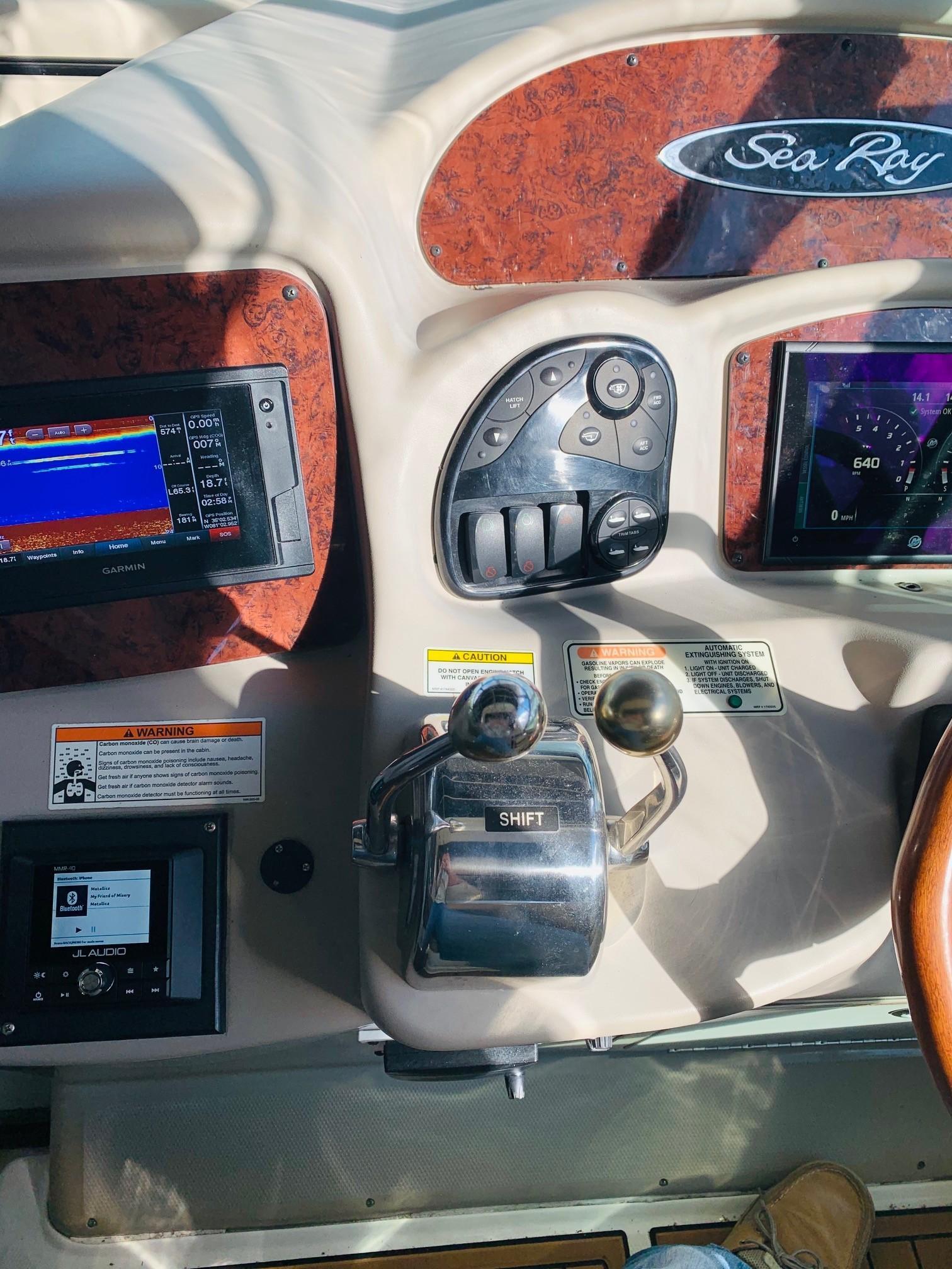 Sea Ray 320 Sundancer - Helm 2