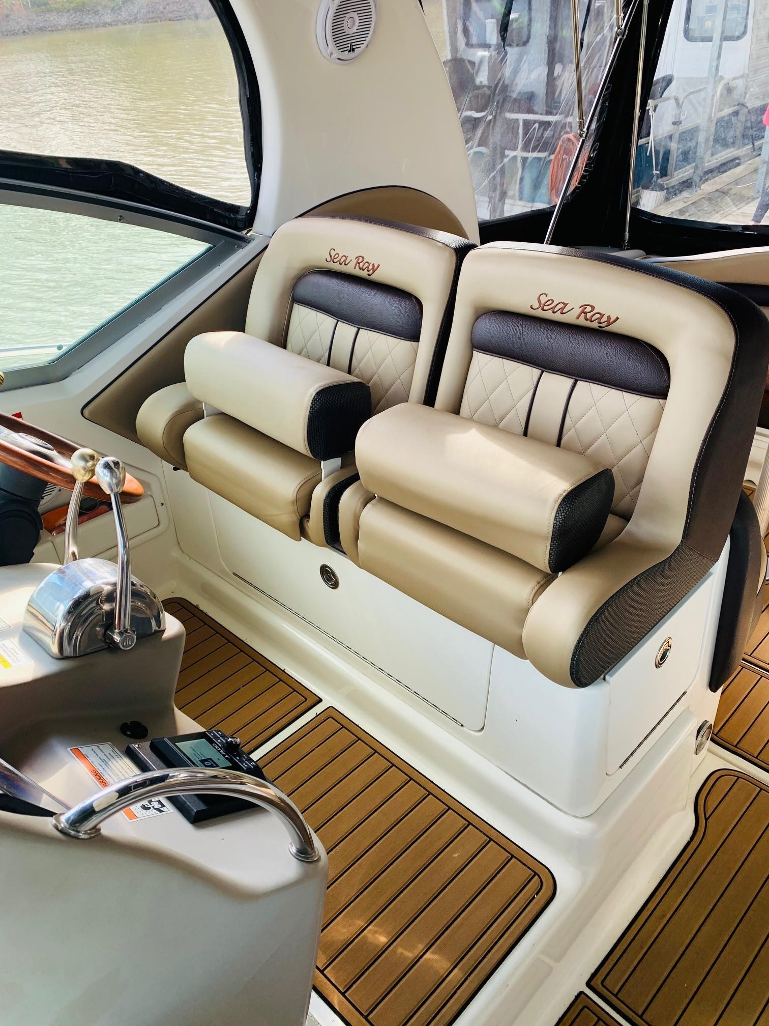 Sea Ray 320 Sundancer - Helm Seating 2