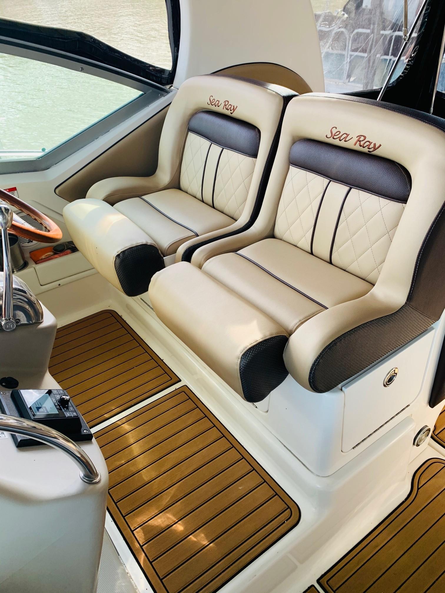 Sea Ray 320 Sundancer - Helm Seating 3