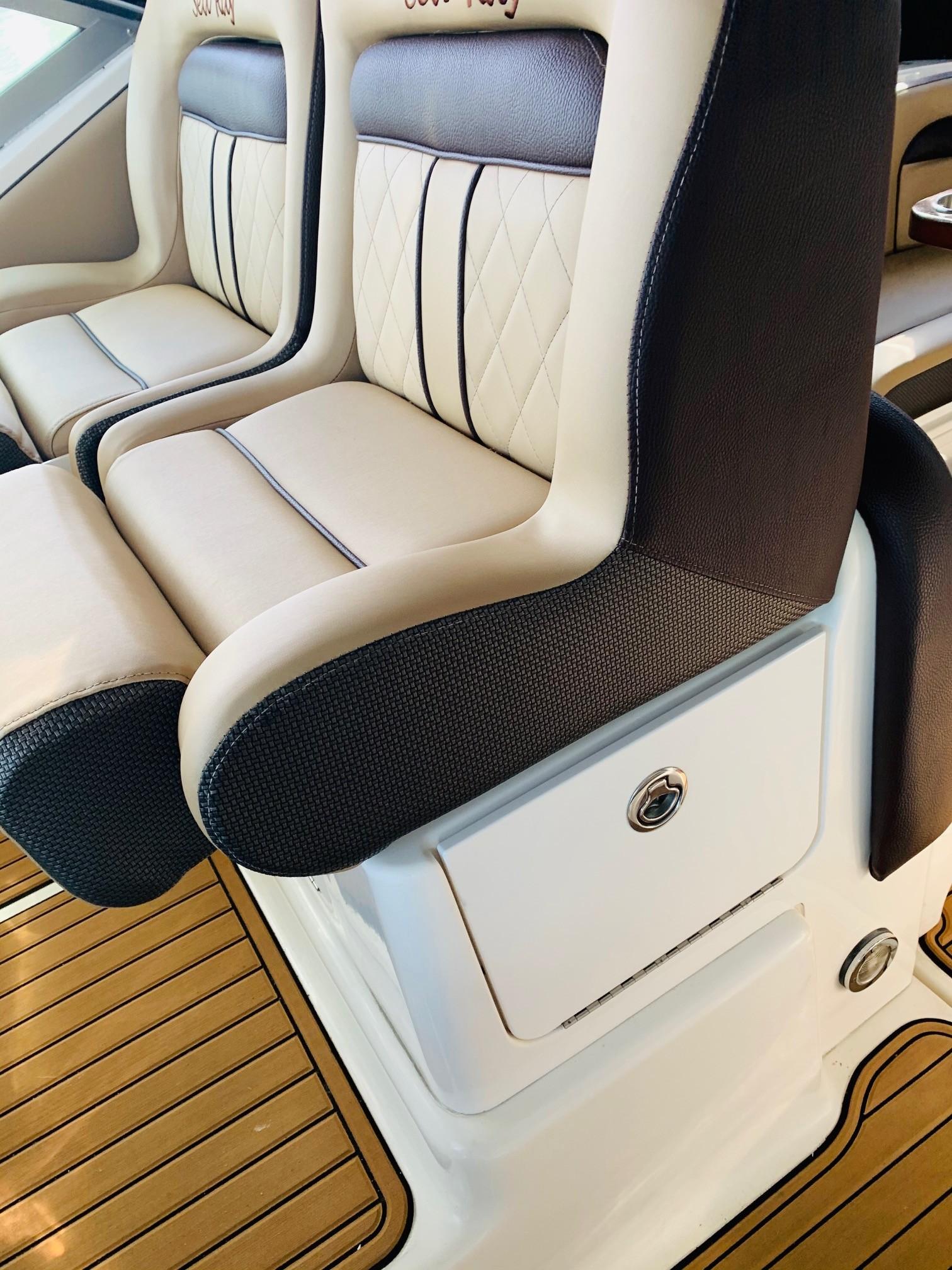 Sea Ray 320 Sundancer - Helm Seating 5