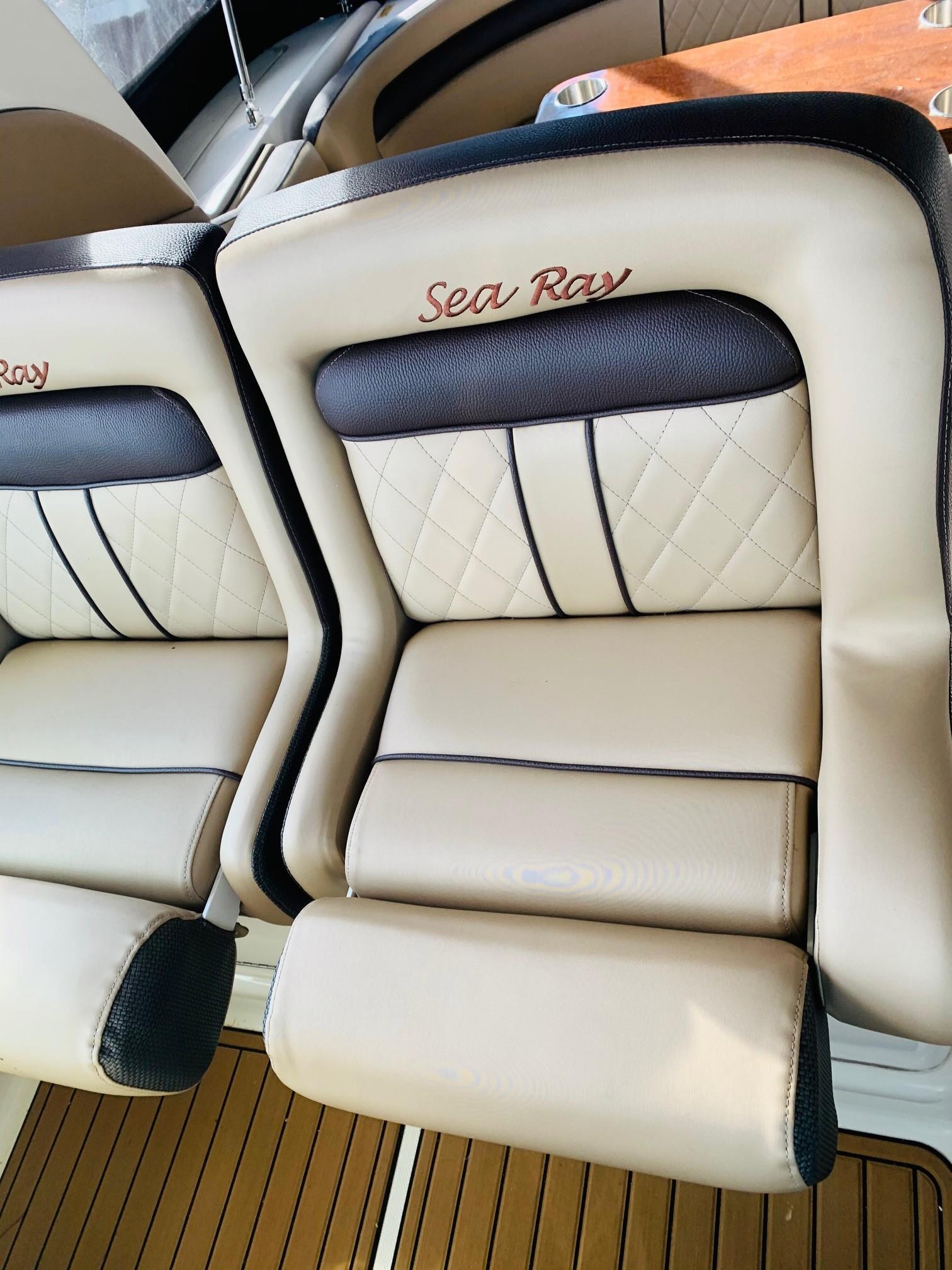 Sea Ray 320 Sundancer - Helm Seating