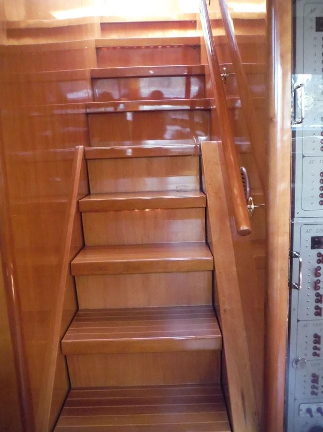 Pilothouse Steps to Flybridge