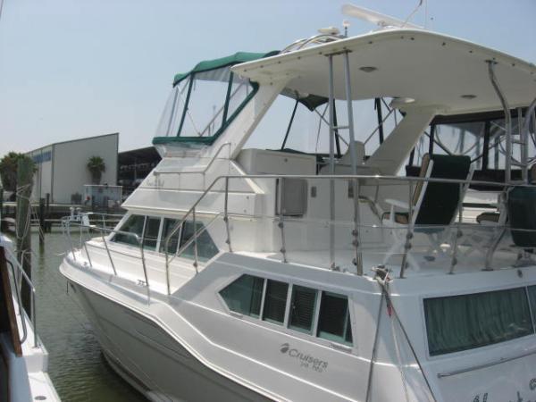 42' Cruisers Yachts 3950 Motoryacht