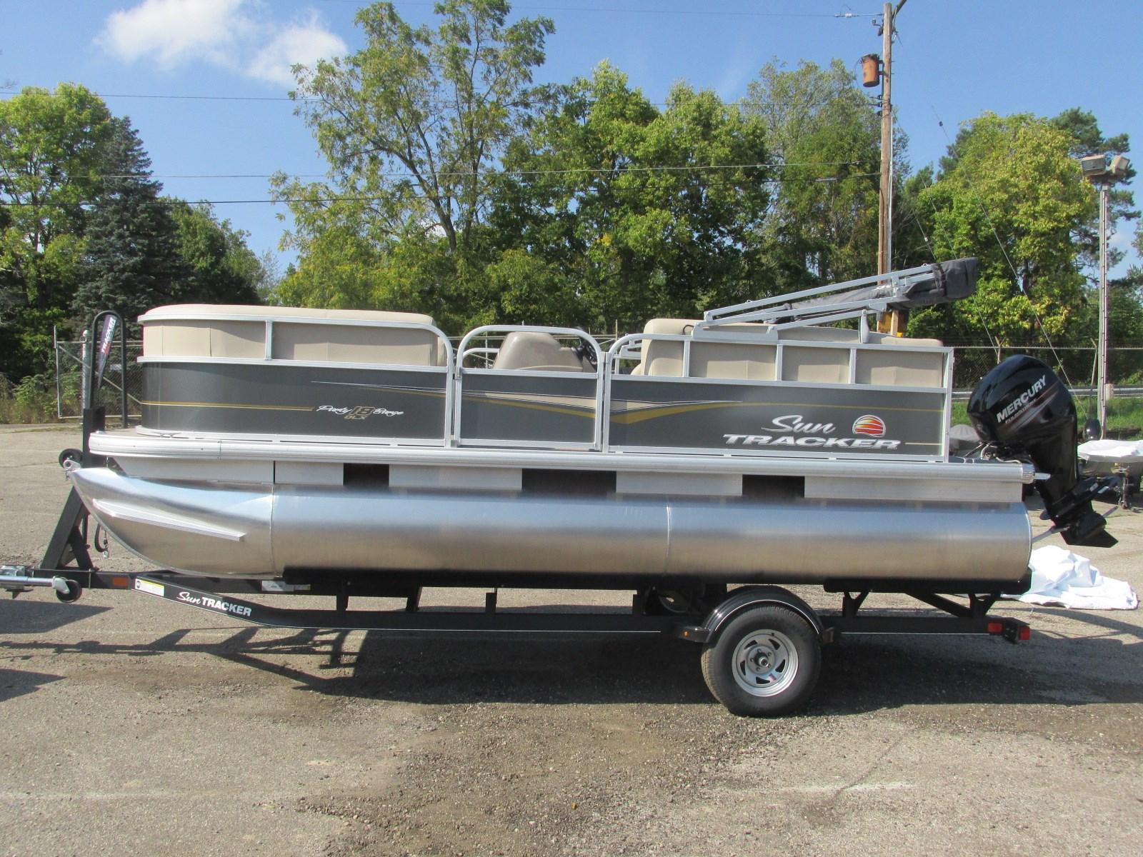 Sun TrackerParty Barge 18 DLX