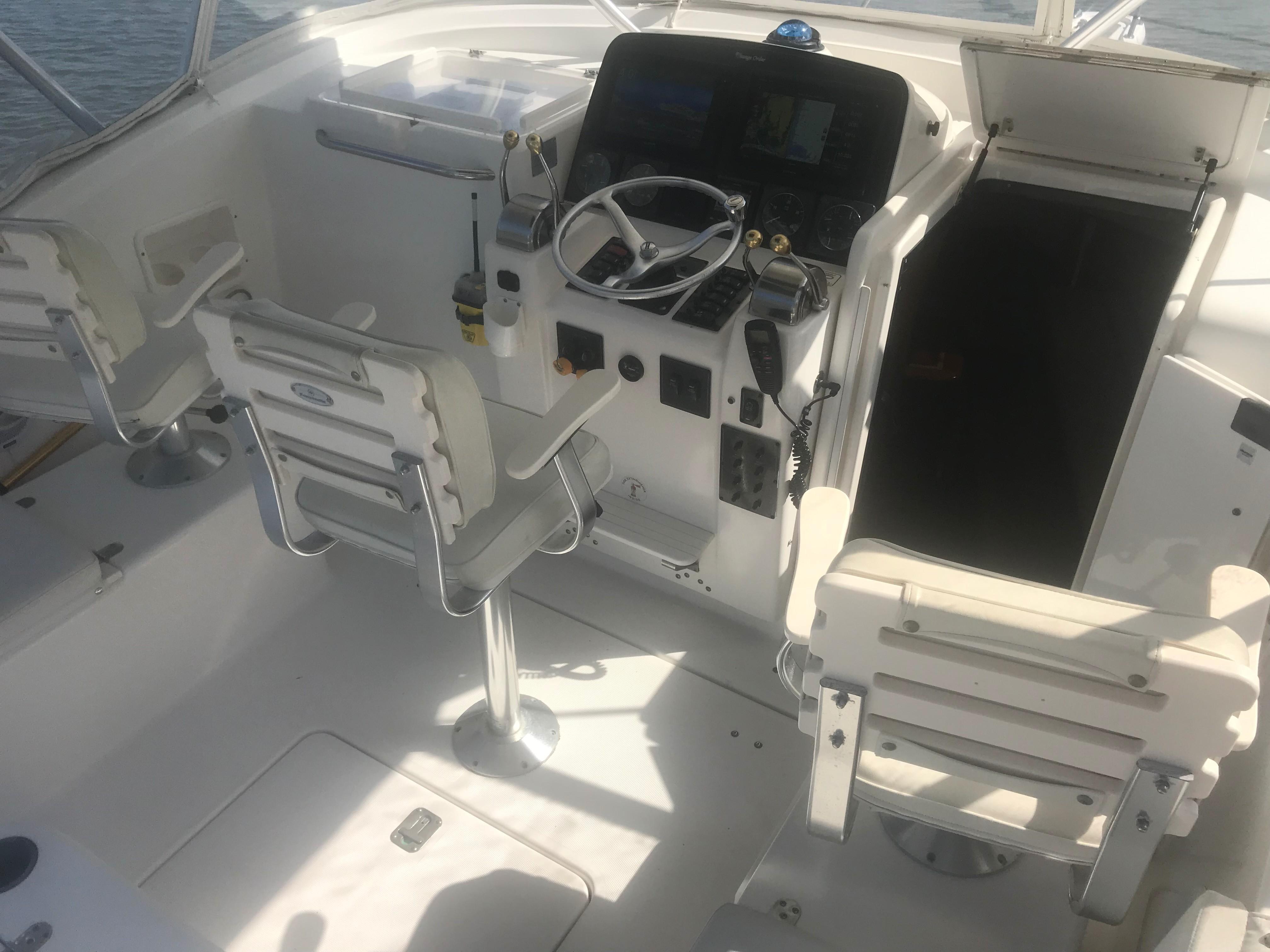 Pursuit 3000 Offshore - Lower Helm Deck