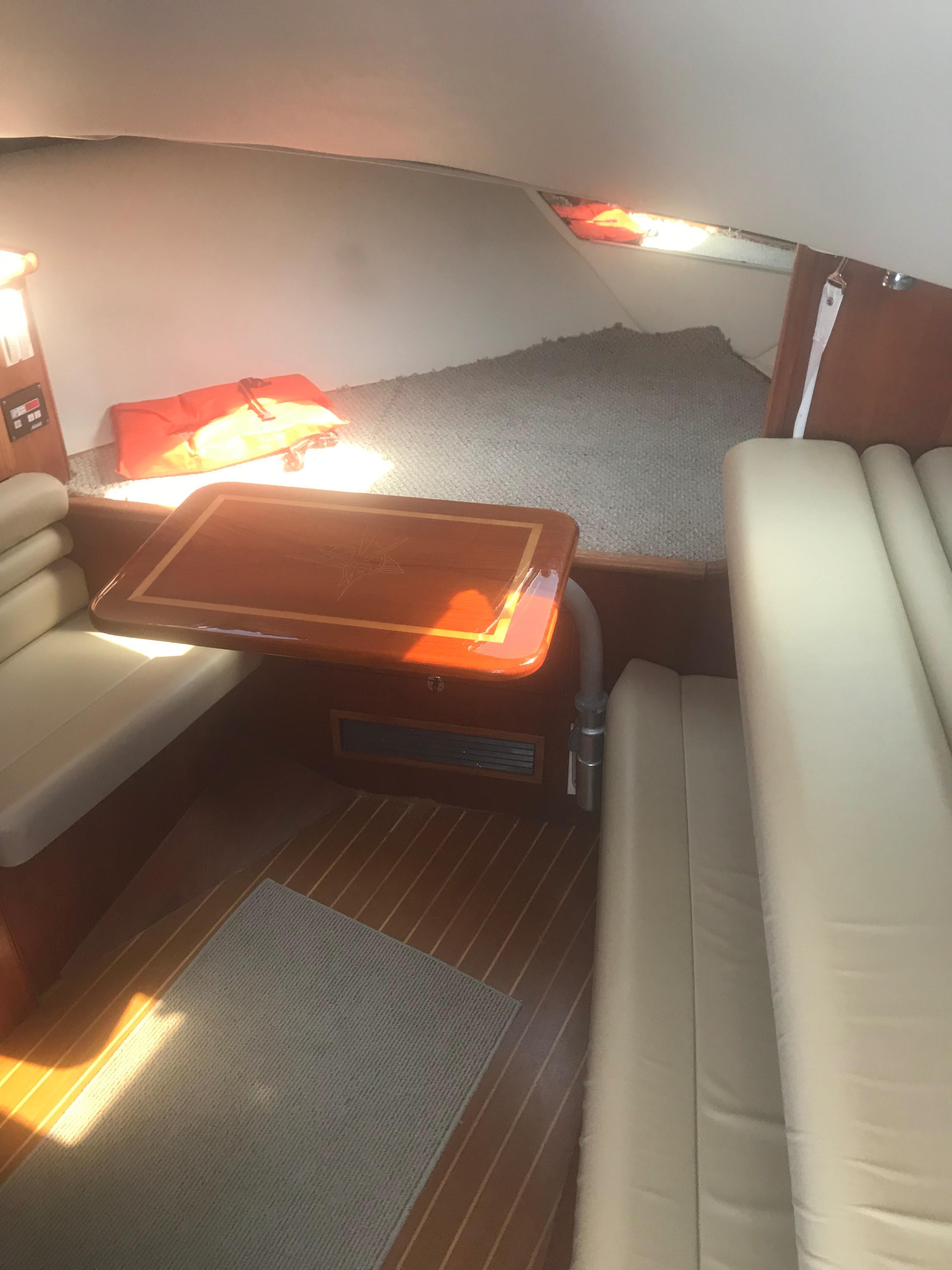 Pursuit 3000 Offshore - V-berth/Table