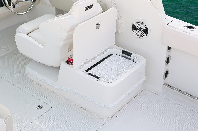 Robalo R247 Dual Console 2020 9