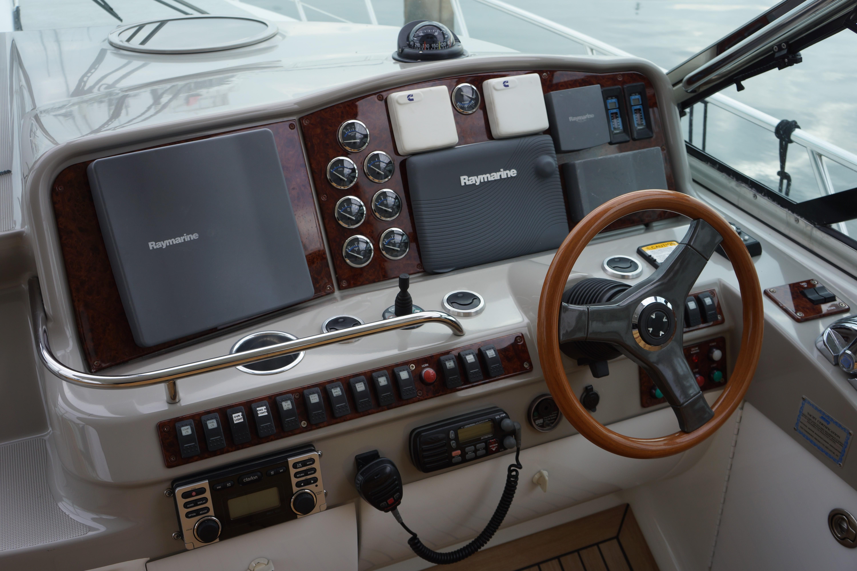 Formula 48 Yacht - Helm
