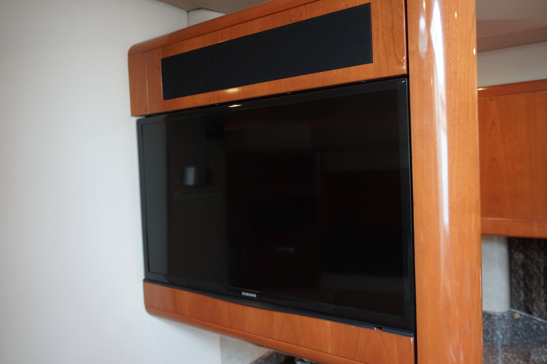 Formula 48 Yacht - Flatscreen TV in Salon